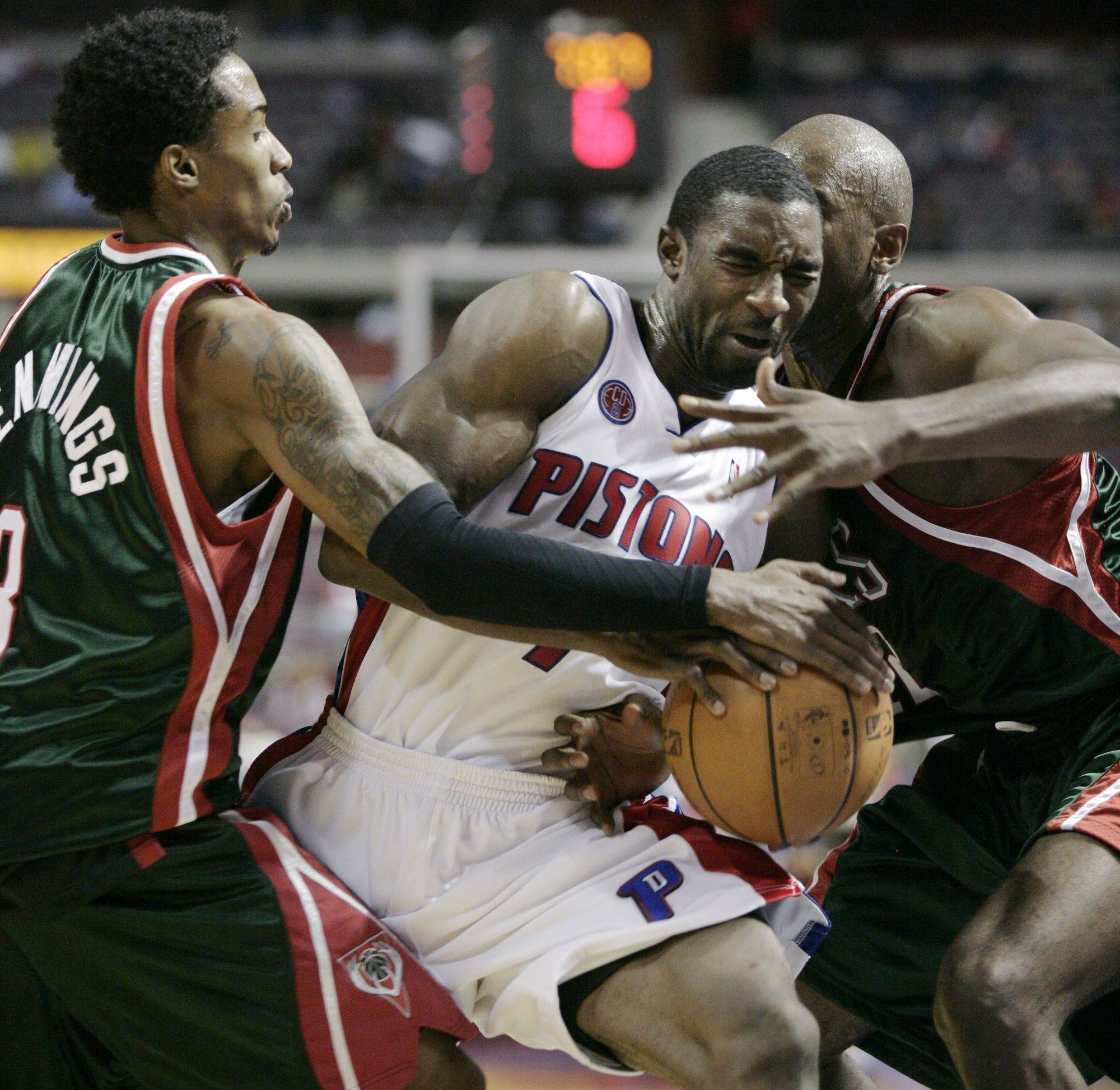 Former Bull Ben Gordon, center, fights for the ball.