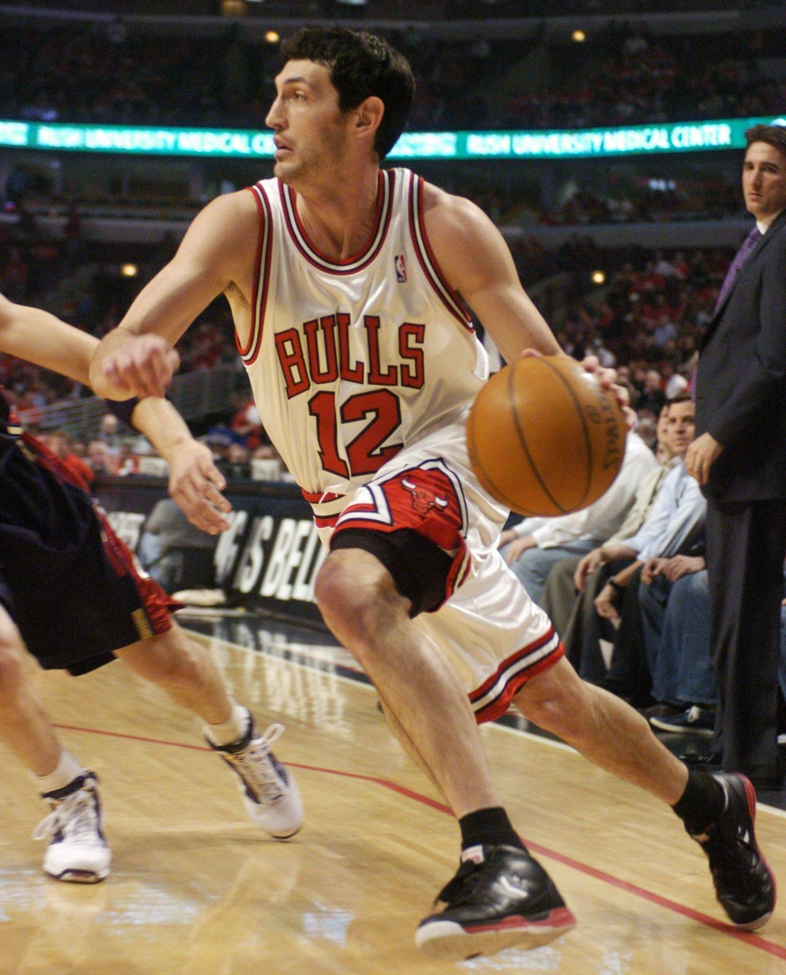 Kirk Hinrich of the Bulls drives along the baseline.