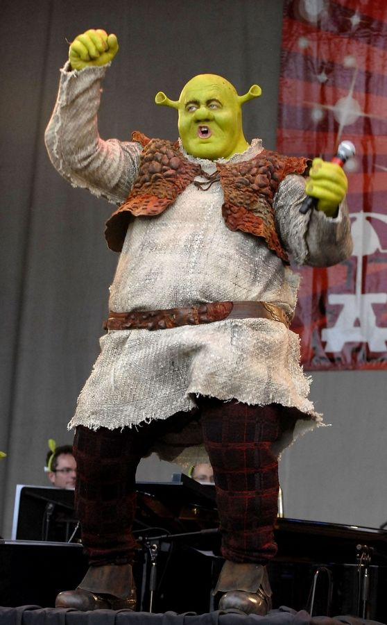 """Shrek the Musical"" star Eric Petersen belts out a song at the Taste of Chicago."