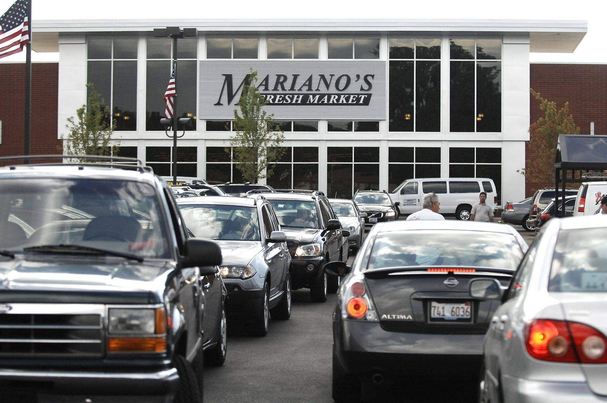 Shoppers crowd Mariano's for opening day