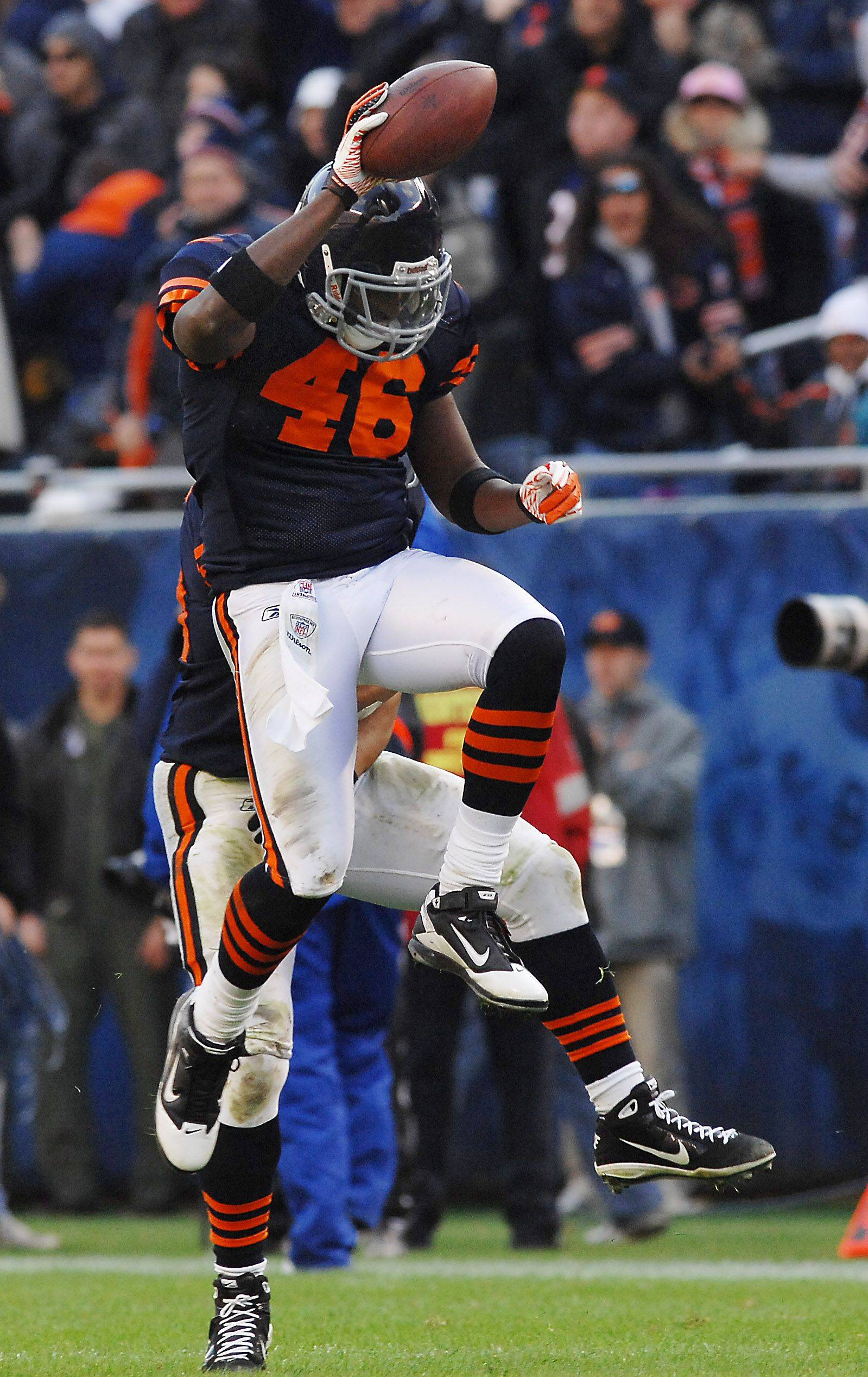Bears Chris Harris celebrates his interception from Minnesota's Brett Favre in the 4th quarter with his teammates.