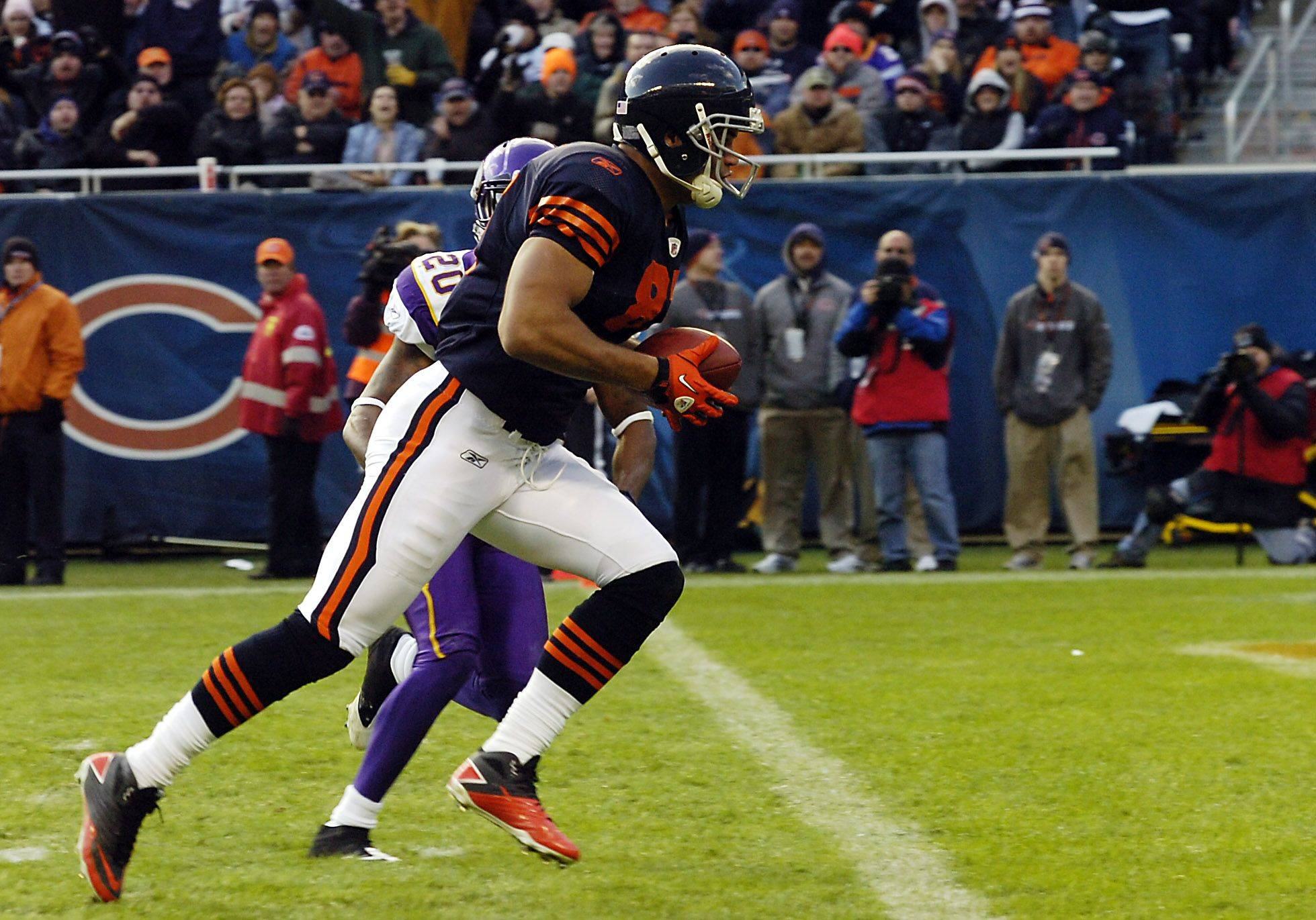 Bears Kellen Davis score a 4th quarter touchdown as Minnesota defense is helpless to stop him.