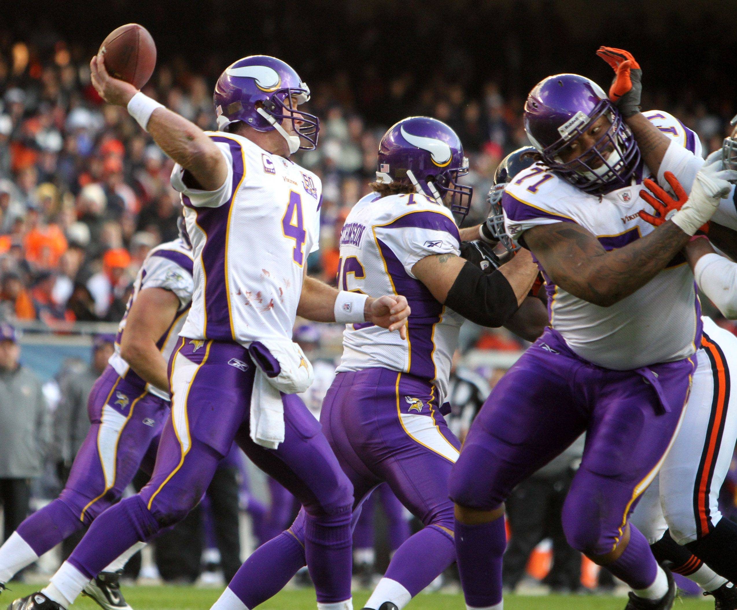 Minnesota Vikings' Brett Favre throws against the Bears at Soldier Field in the second half.