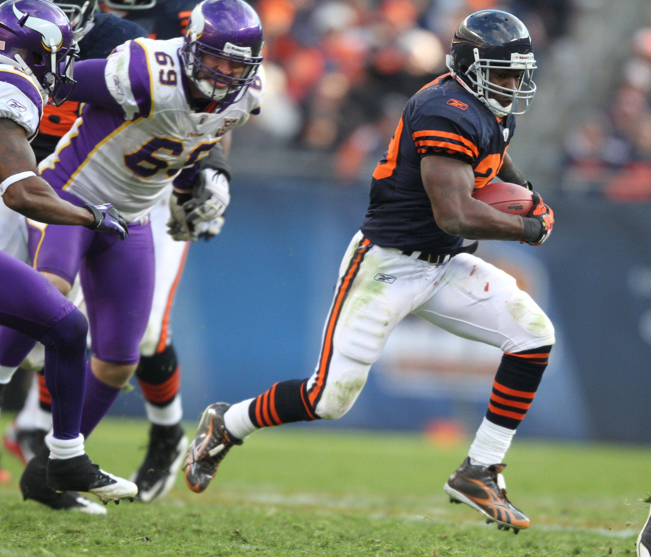Chicago Bears' Chester Taylor runs the ball against Minnesota Vikings in the second half.