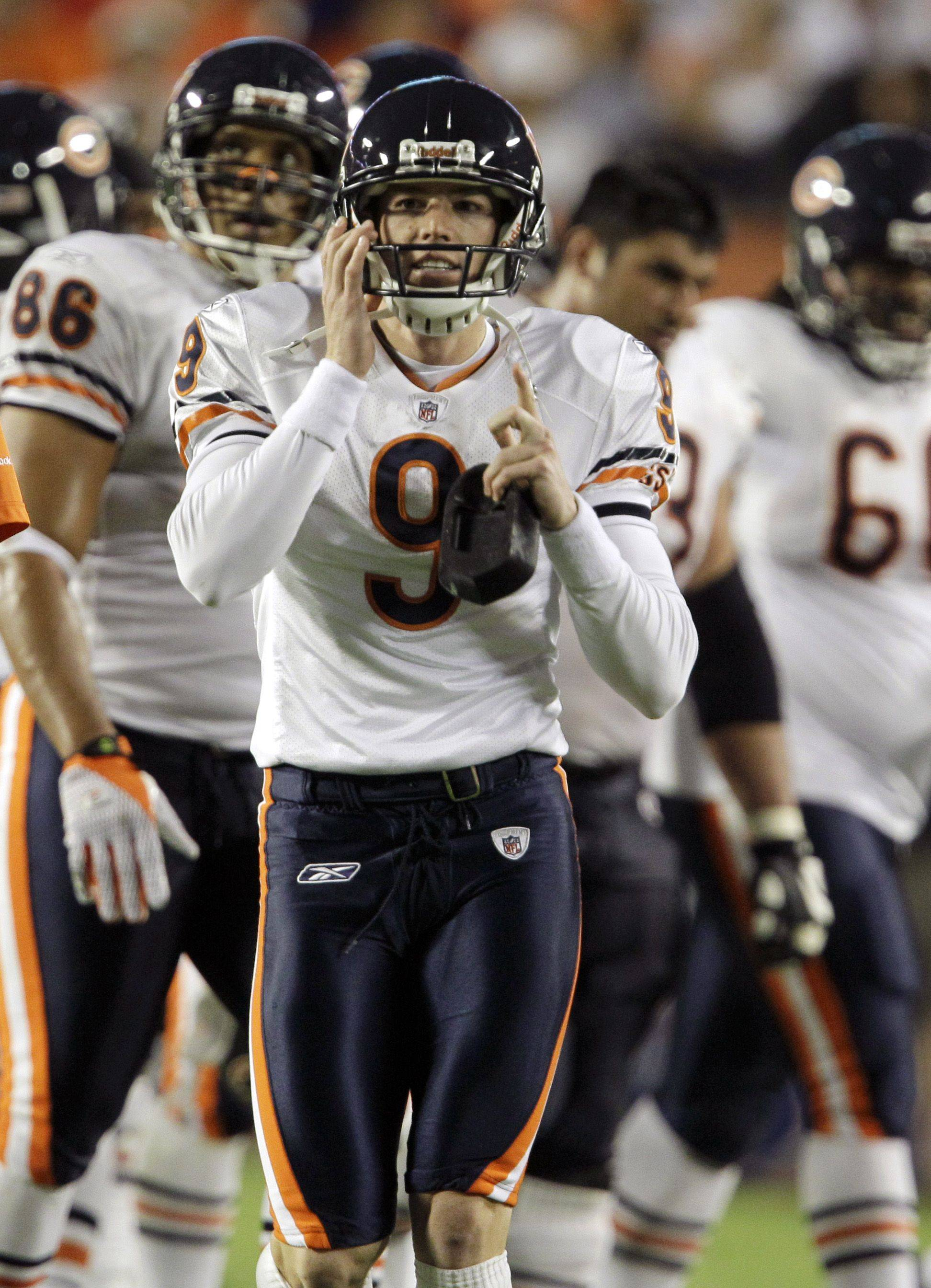 Chicago Bears placekicker Robbie Gould celebrates after scoring a field goal during the third quarter .