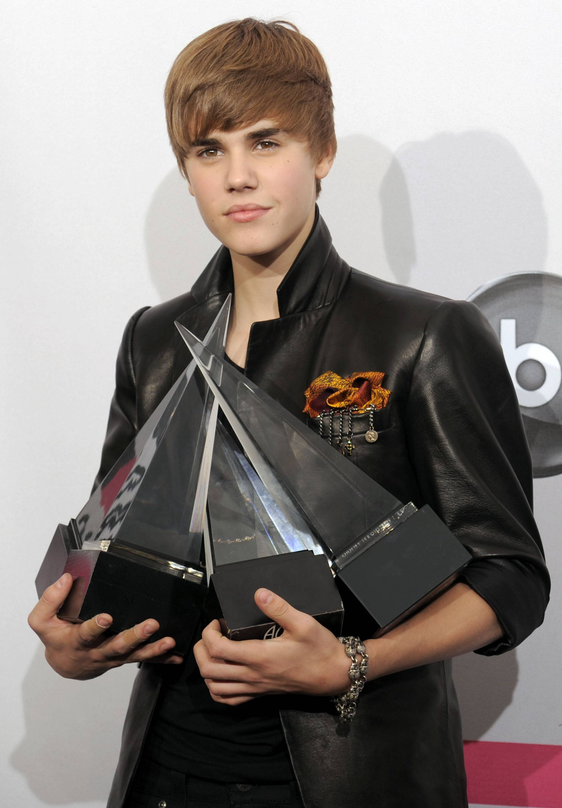 Bieber wins 4 AMAs, including artist of year