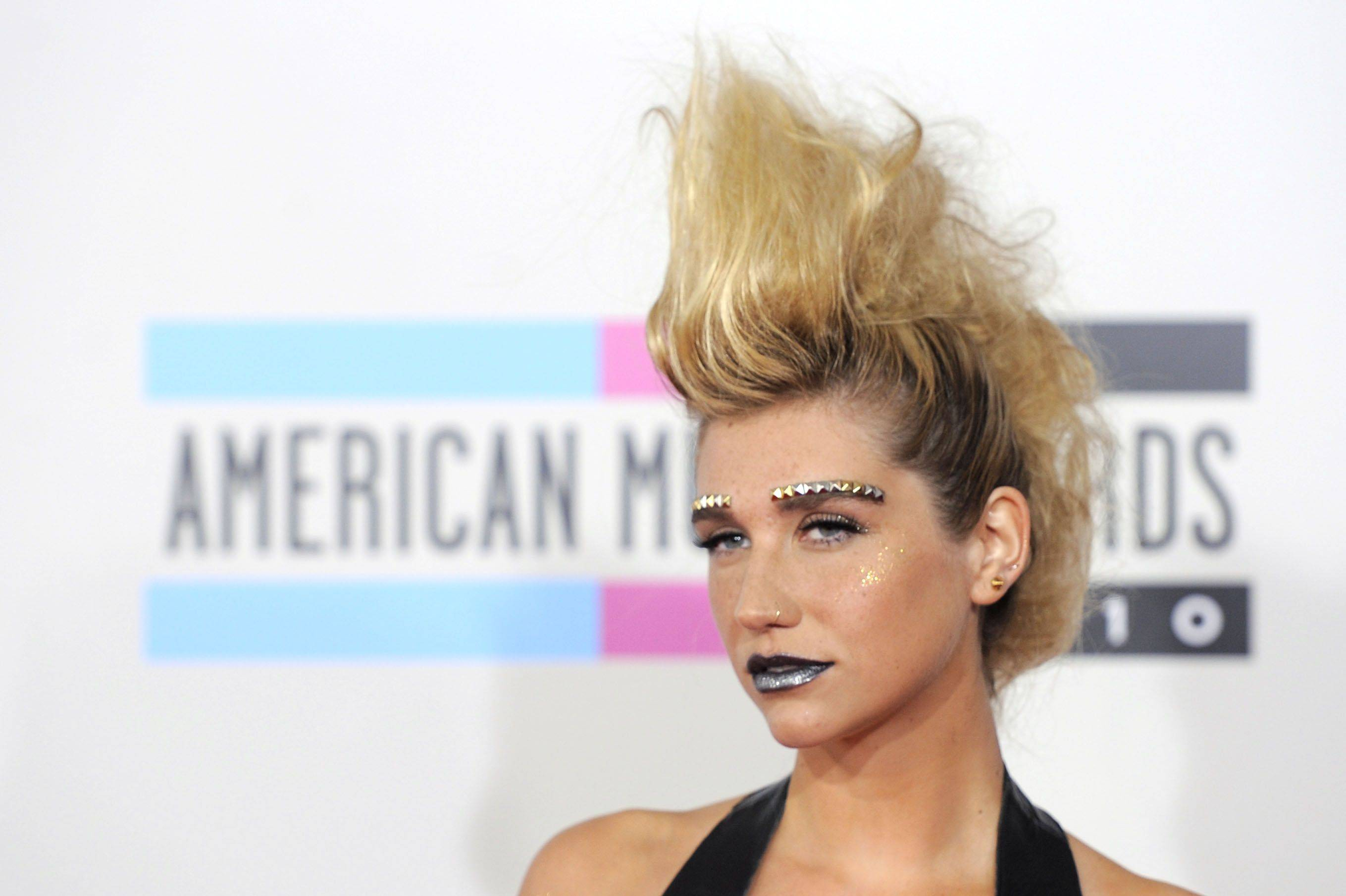 Ke$ha walks the carpet looking like a cheap Lady Gaga impersonator. Ke$sha would perform during the ceremony.