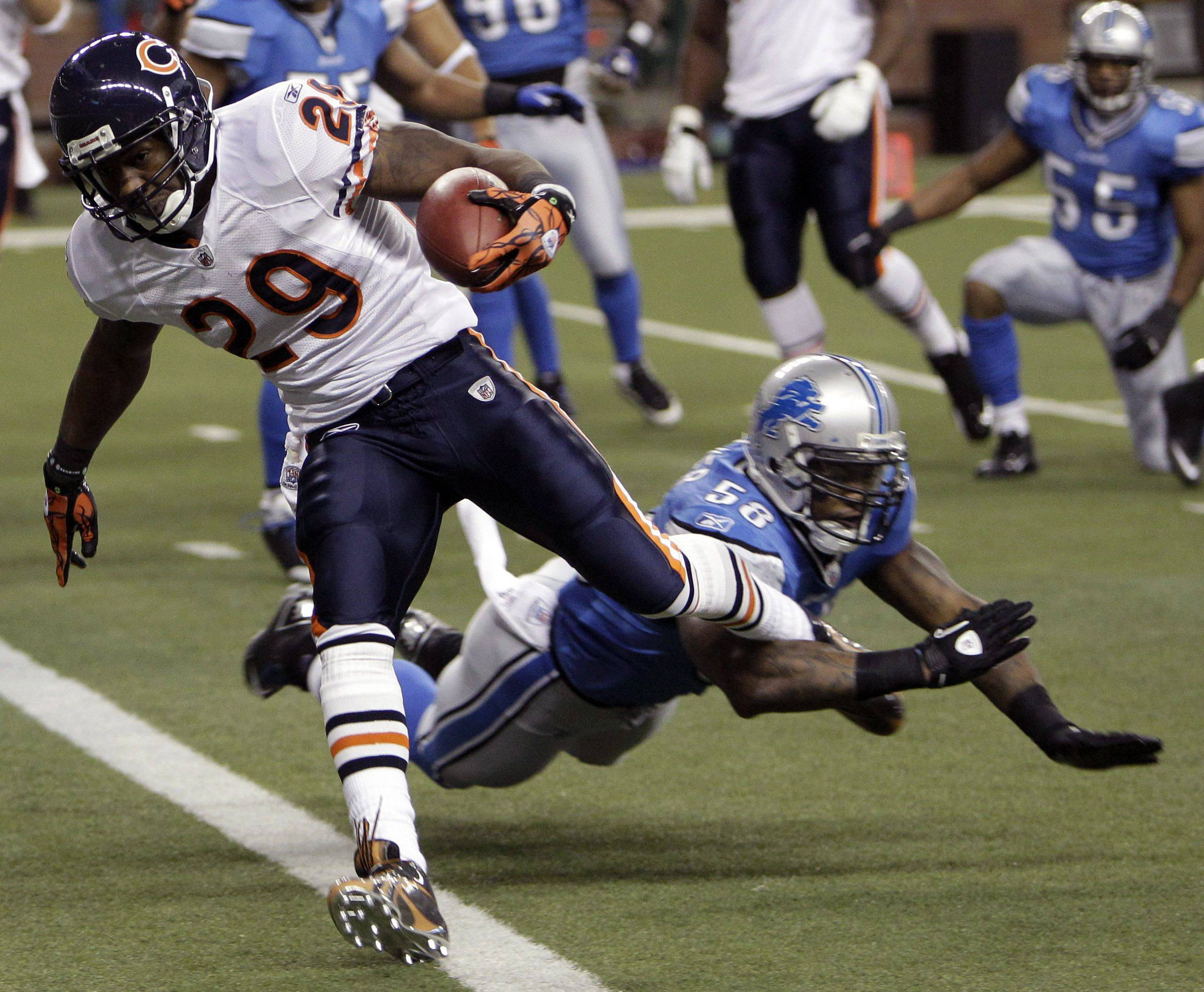 Chicago Bears running back Chester Taylor avoids a tackle by Detroit Lions linebacker Ashlee Palmer to score during the first quarter of an NFL football game at Ford Field in Detroit, Sunday.