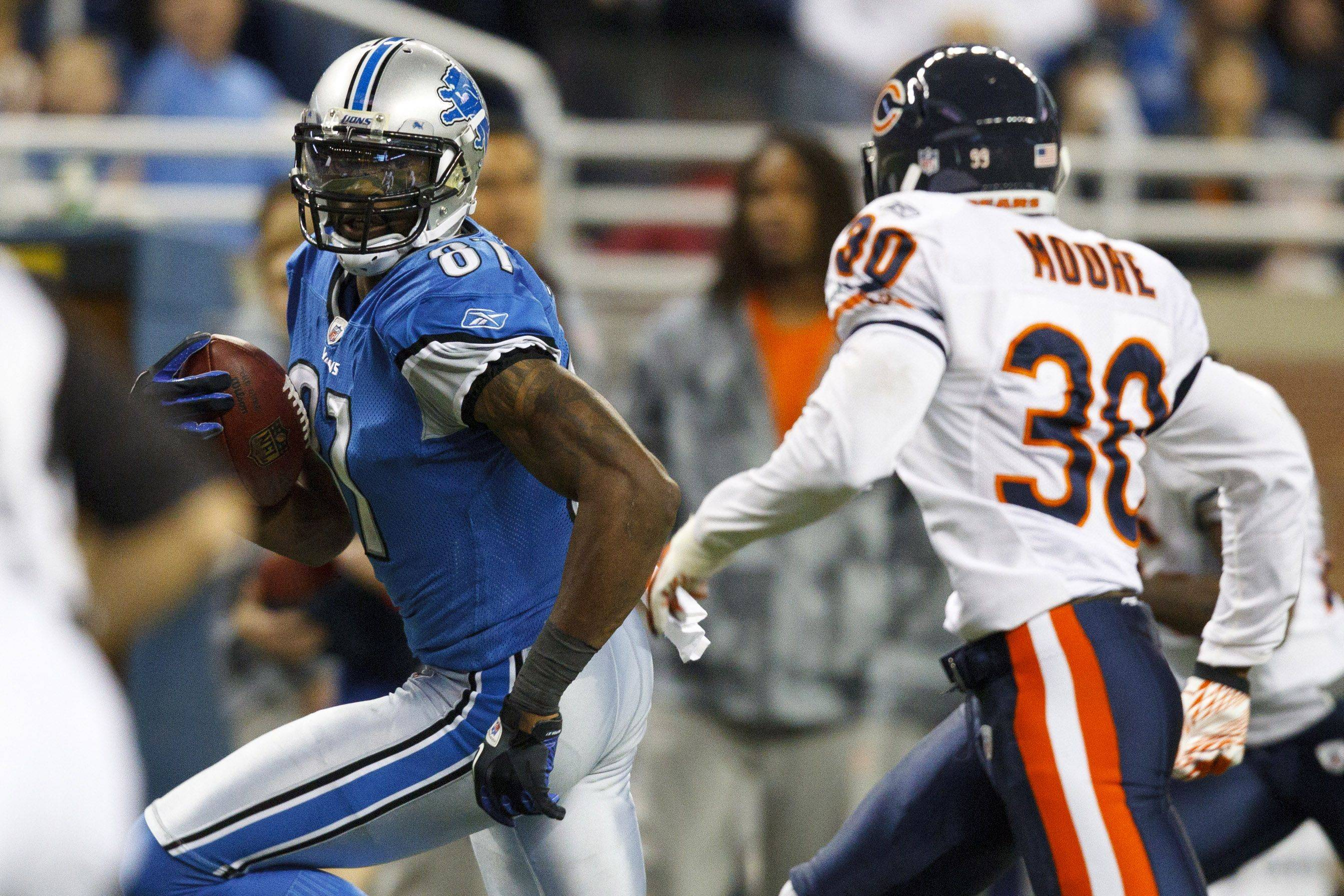 Detroit Lions wide receiver Calvin Johnson runs by Chicago Bears cornerback D.J. Moore to score a touchdown in the first half.