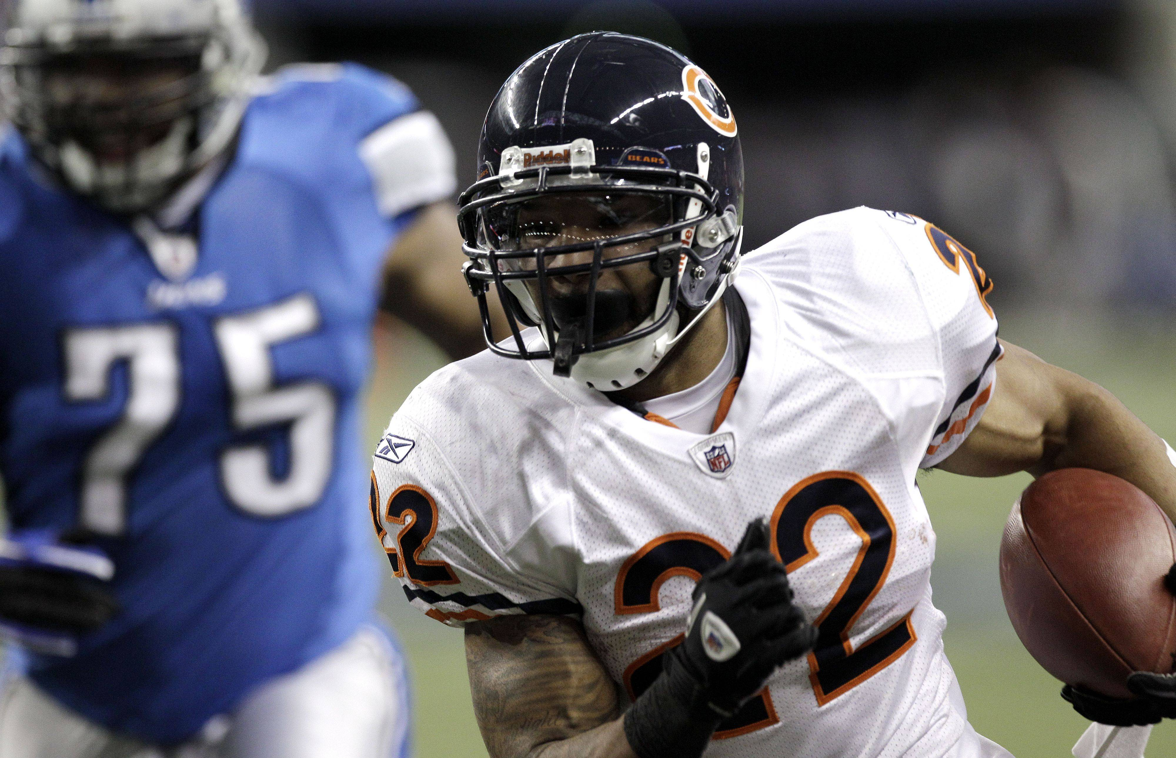 Chicago Bears running back Matt Forte scores on a 14-yard run against the Detroit Lions in the second quarter.