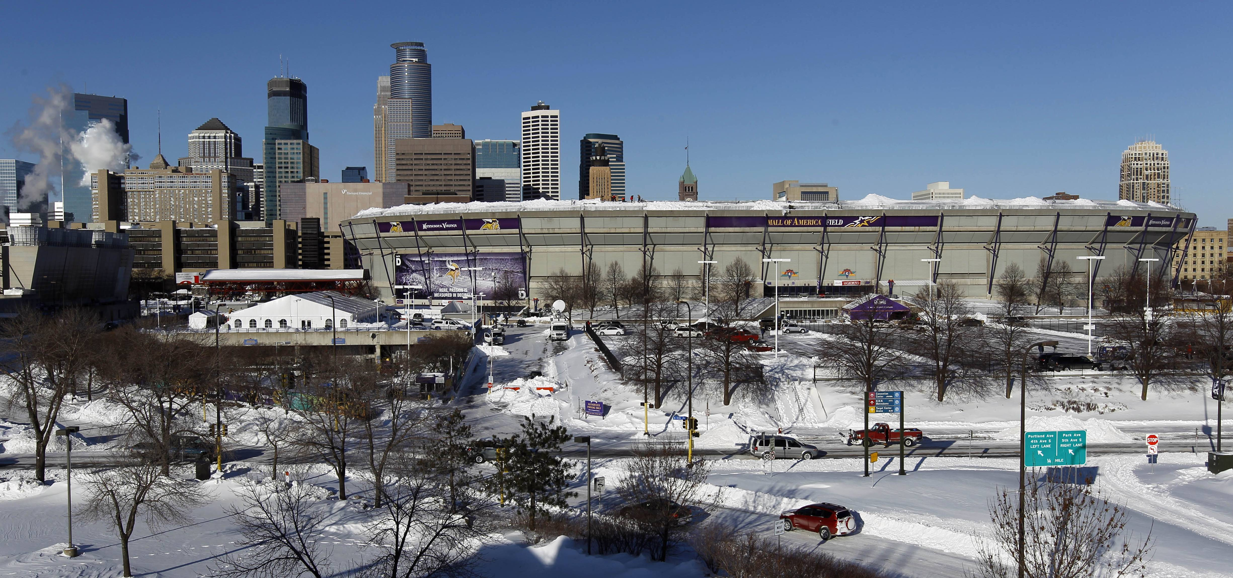 The snowstorm that pushed the New York Giants-Minnesota Vikings game back a day has caused a partial collapse of the Metrodome's inflated roof.