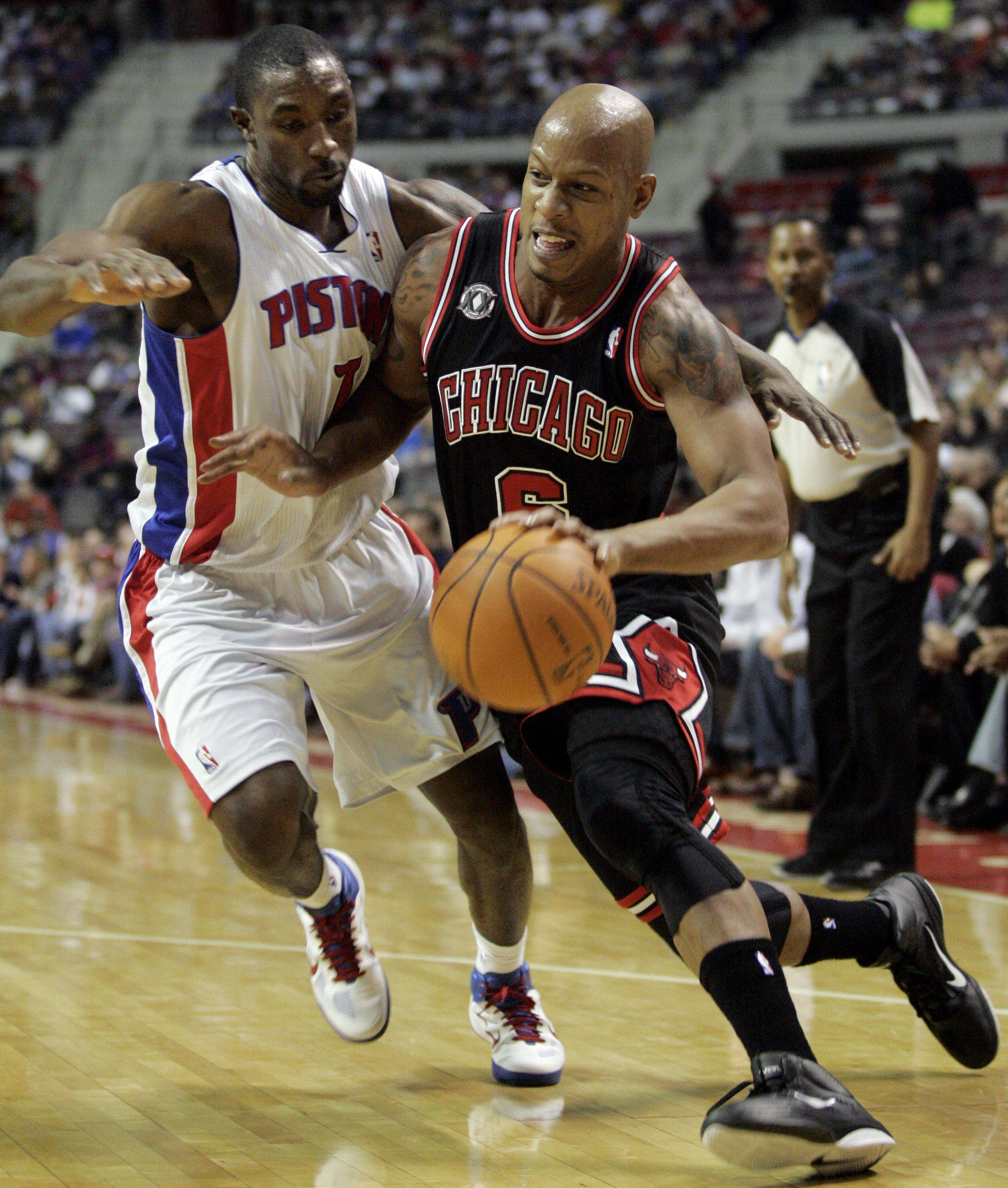 Former Bulls Ben Gordon, guarding the Bulls' Keith Bogans on Sunday, would be a boost to the Bulls' offense this season.