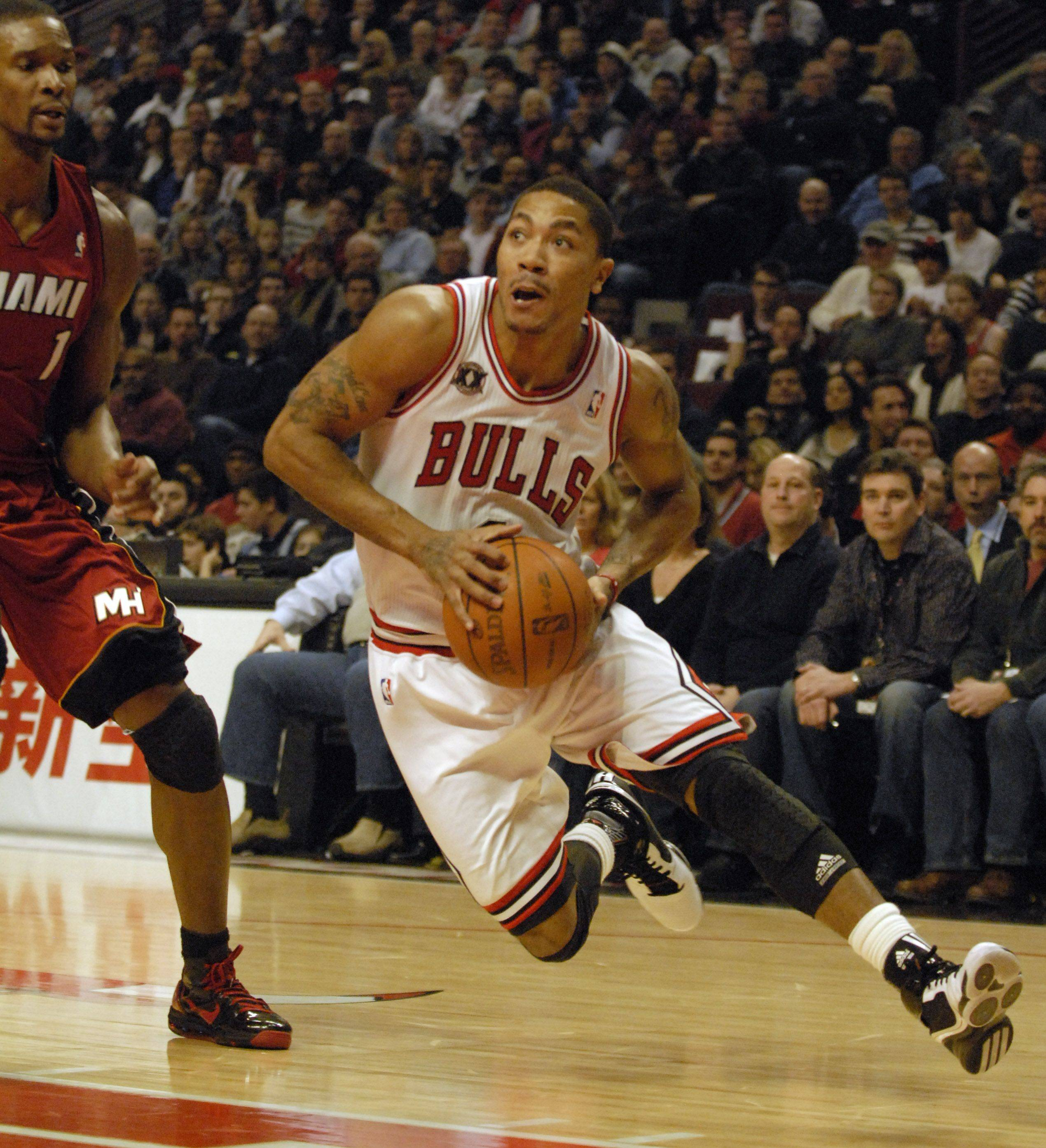 Derrick Rose drives to the basket in the first quarter during Saturday's game at the United Center against the Miami Heat