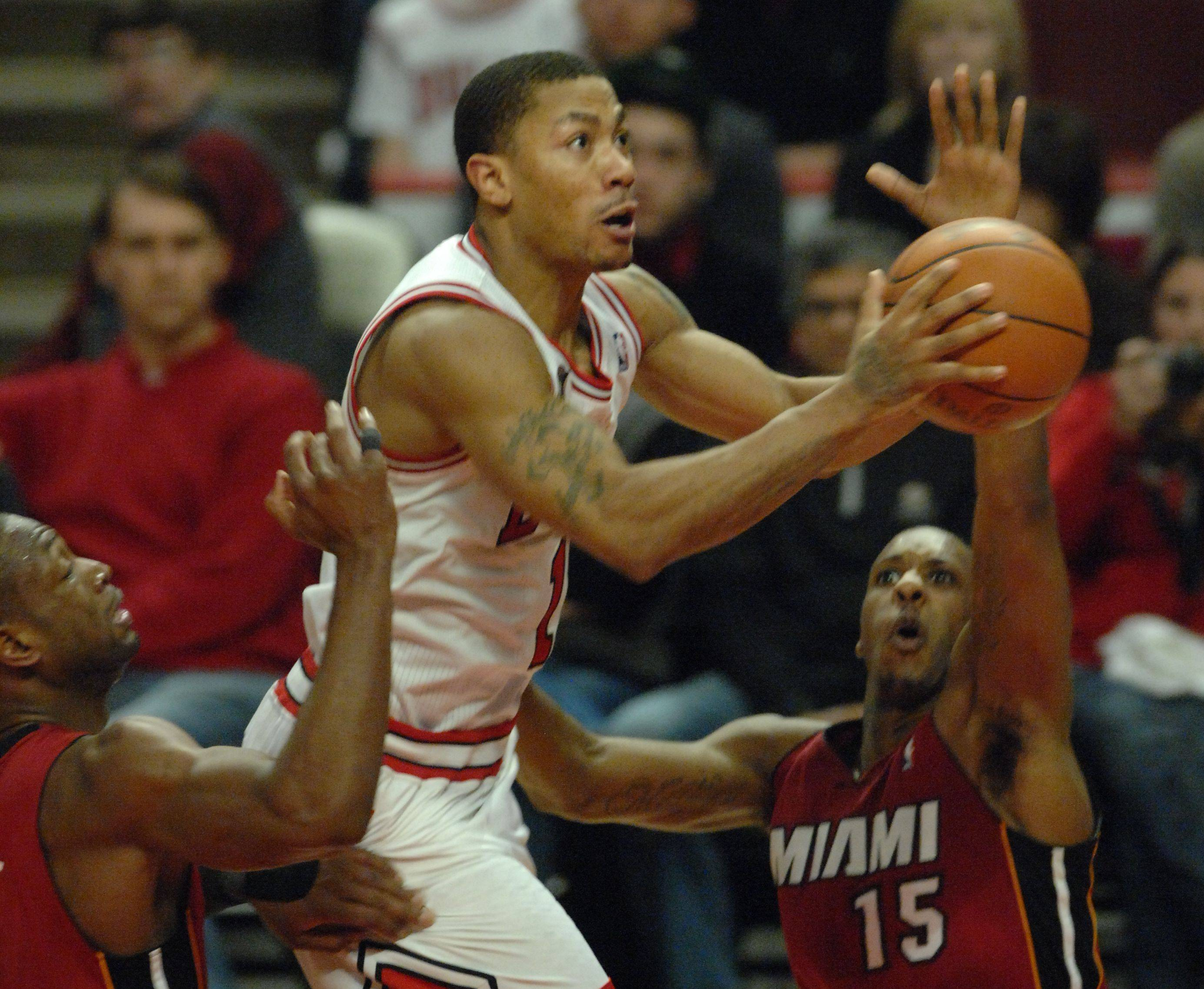 Derrick Rose drives to the basket in the fourth quarter during Saturday's game at the United Center against the Miami Heat