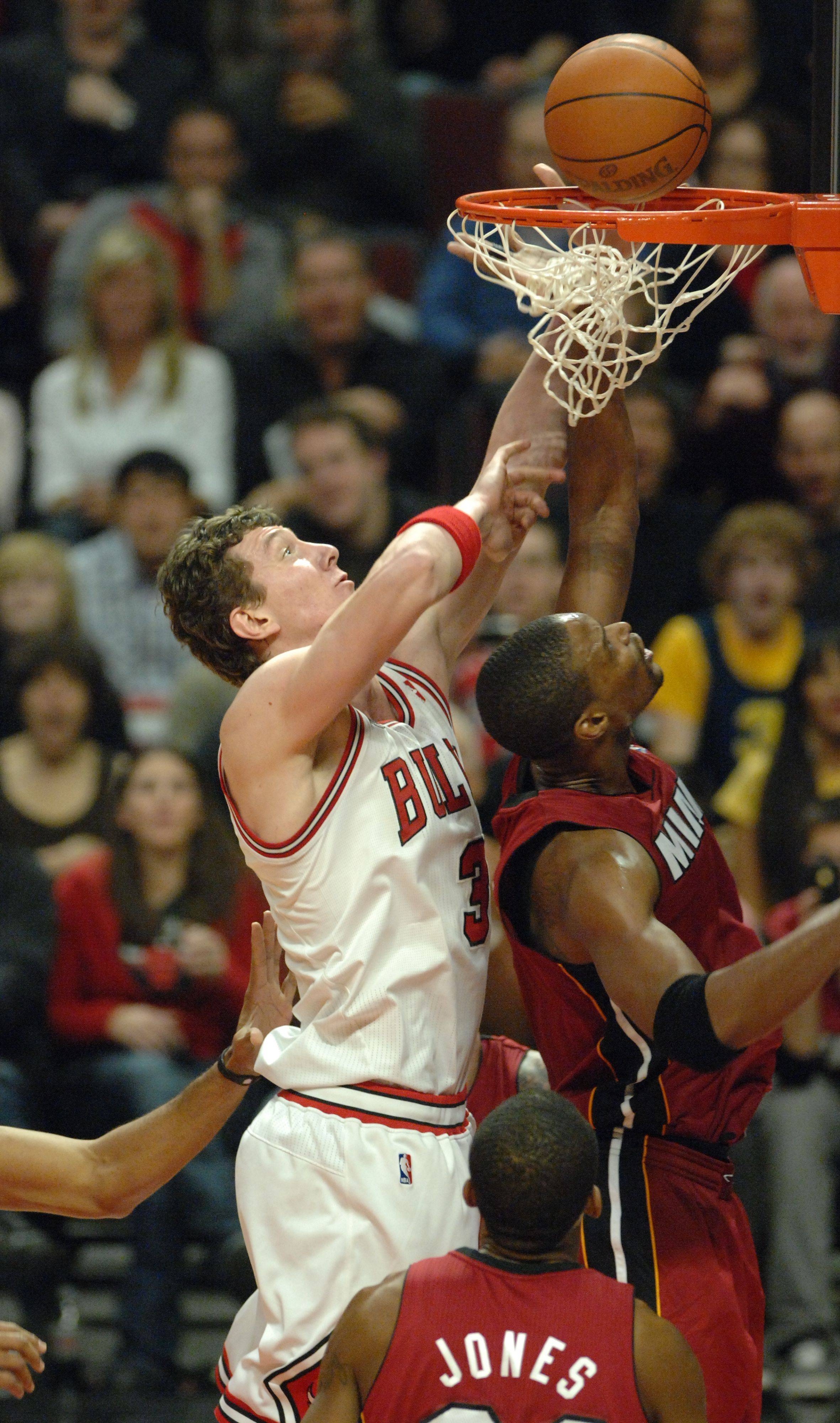 Chicago Bulls center Omer Asik (3) drives to the basket in the fourth quarter during Saturday's game at the United Center against the Miami Heat