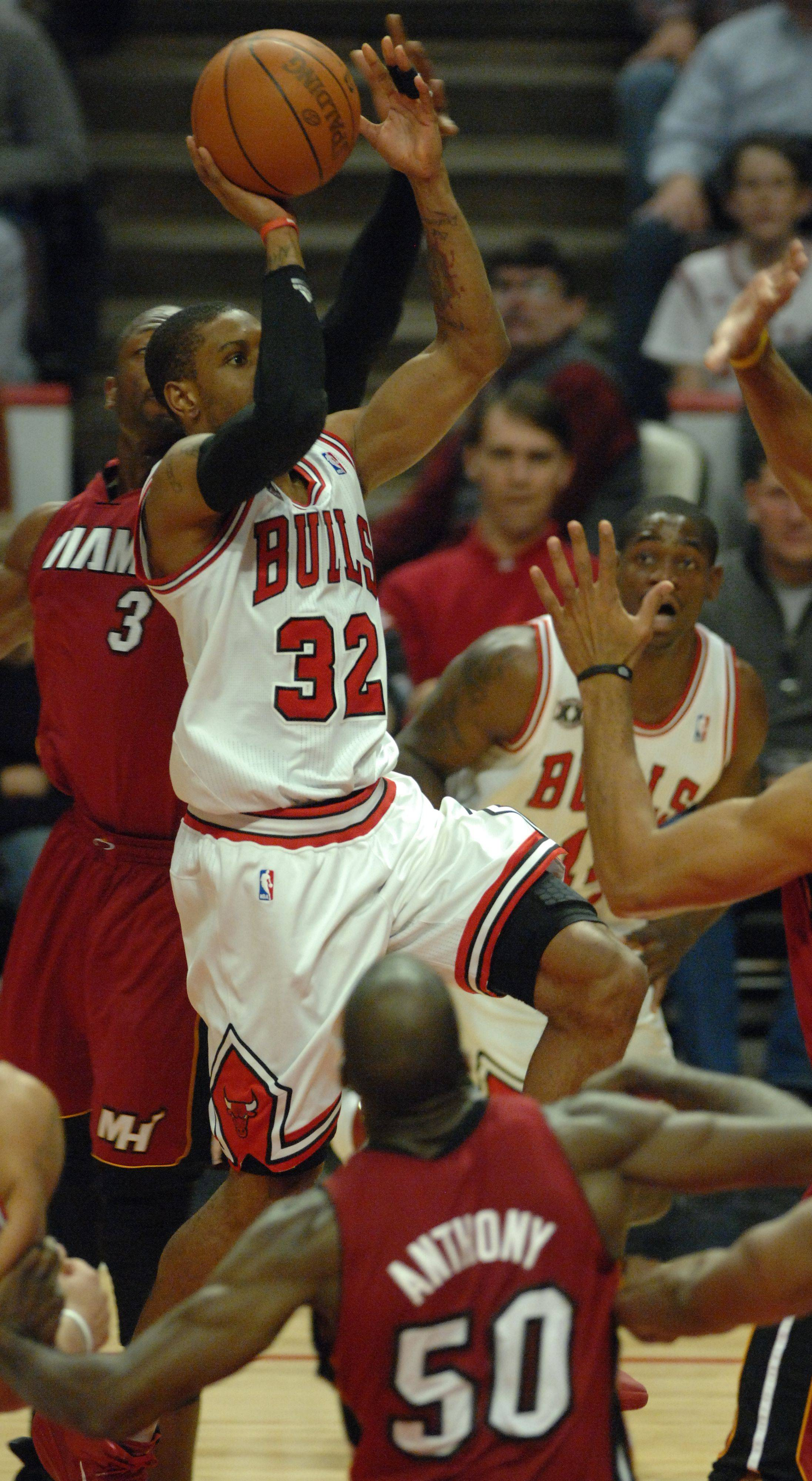 Chicago Bulls point guard C.J. Watson (32) shoots through Miami defenders in the fourth quarter Saturday at the United Center.