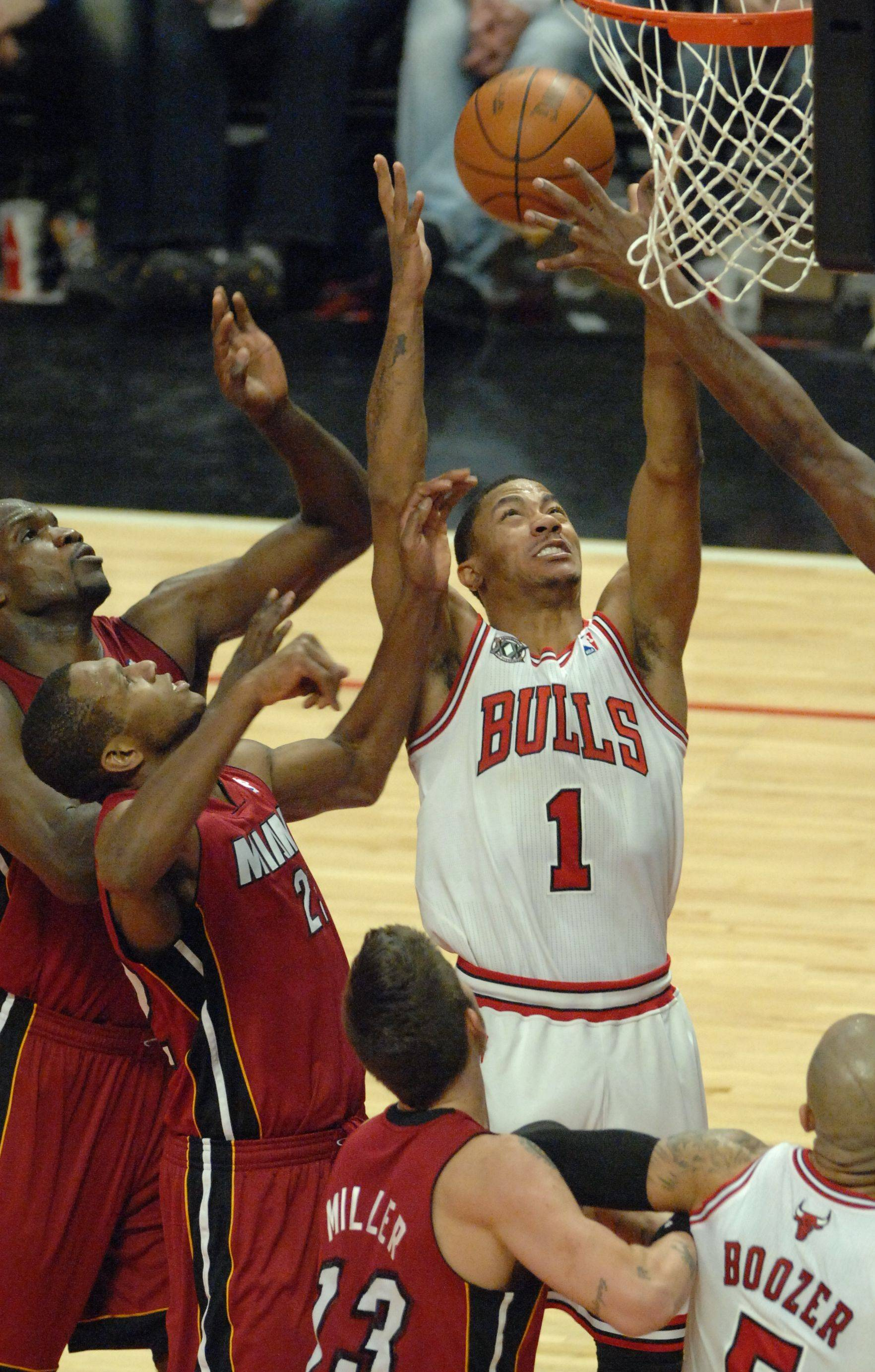 Derrick Rose drives to the basket in the third quarter during Saturday's game at the United Center against the Miami Heat