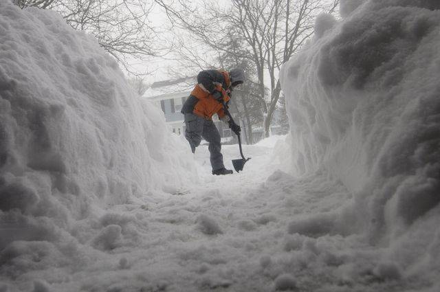 Adam Newell clears his driveway on Williams Ave. in St. Charles Wednesday morning.