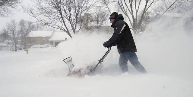 Bob Glim snow blows his sidewalk on Williams Ave. in St. Charles Wednesday.
