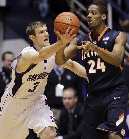 Illinois' Mike Davis passes against Northwestern's Mike Capocci during the first half of their Big Ten game Saturday in Evanston. Illinois rallied from a 12-point deficit but Northwestern came away with a 71-70 win.