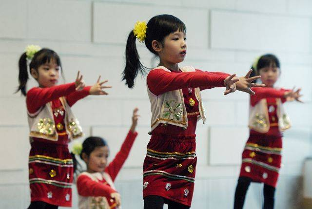 Little Peacock dancers from the Chicago Northwest Suburban Chinese School perform.