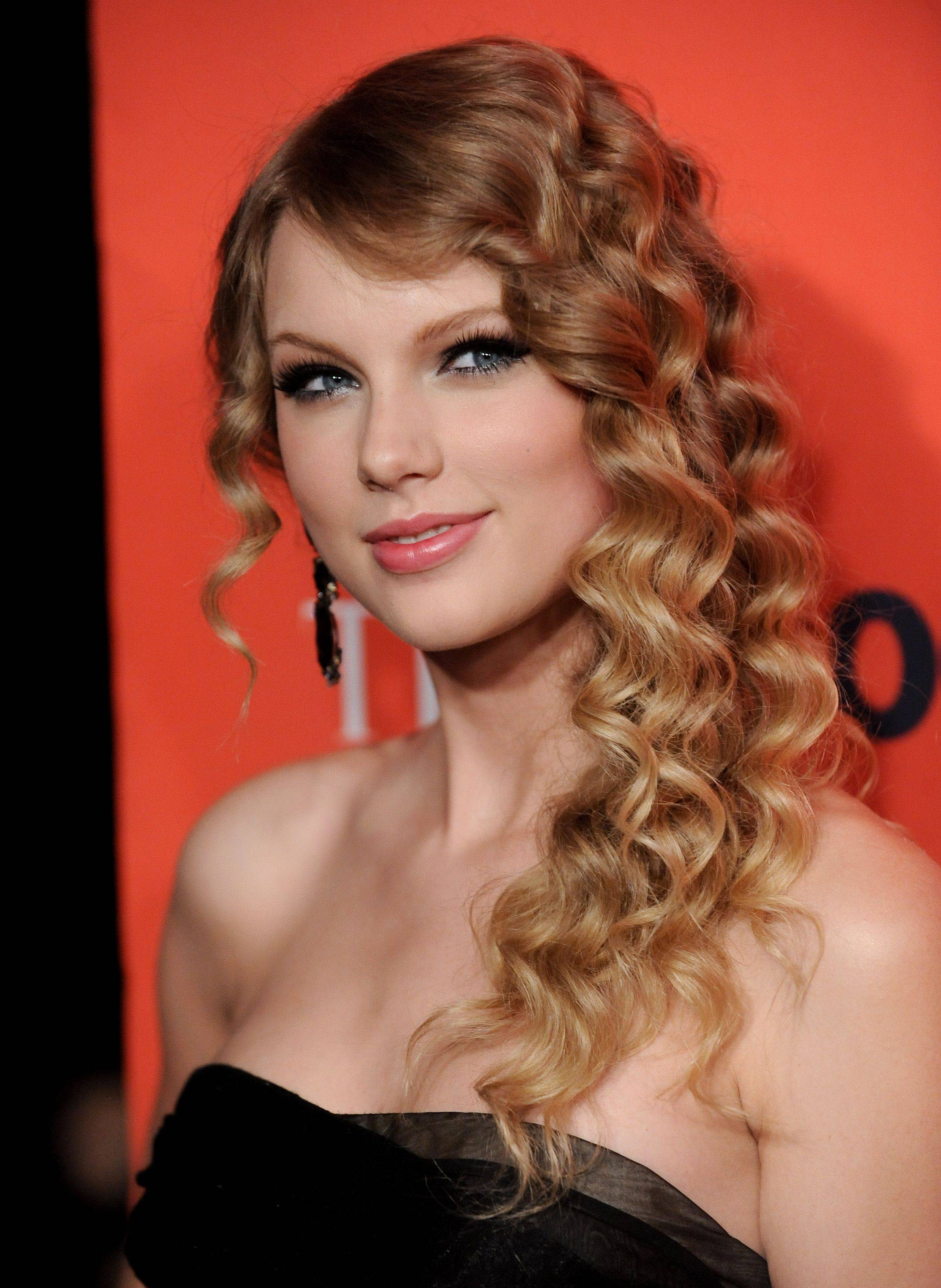 Singer Taylor Swift is set to return to Rosemont for two concerts in August at the Allstate Arena.