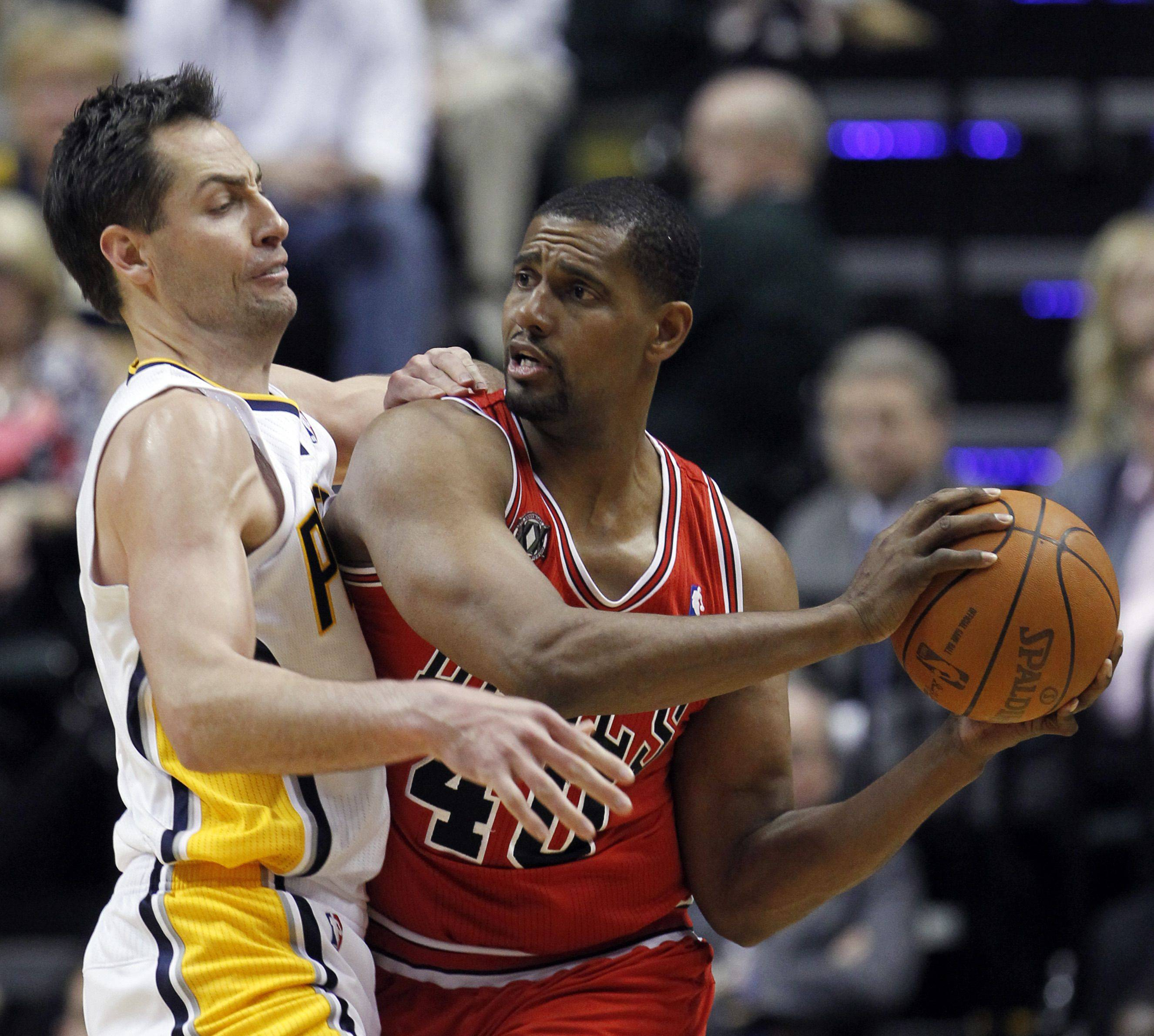 Chicago Bulls' Kurt Thomas (40) tries to pass the ball around Indiana Pacers' Jeff Foster during the second half.