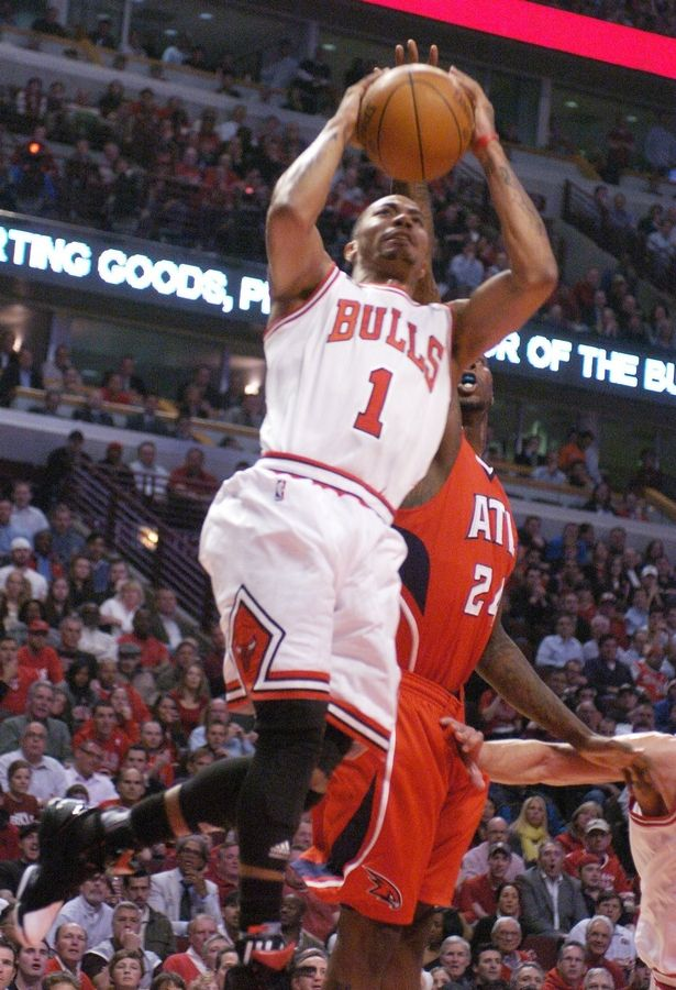 Derrick Rose of the Bulls drives down the lane during Wednesday's game against the Hawks.