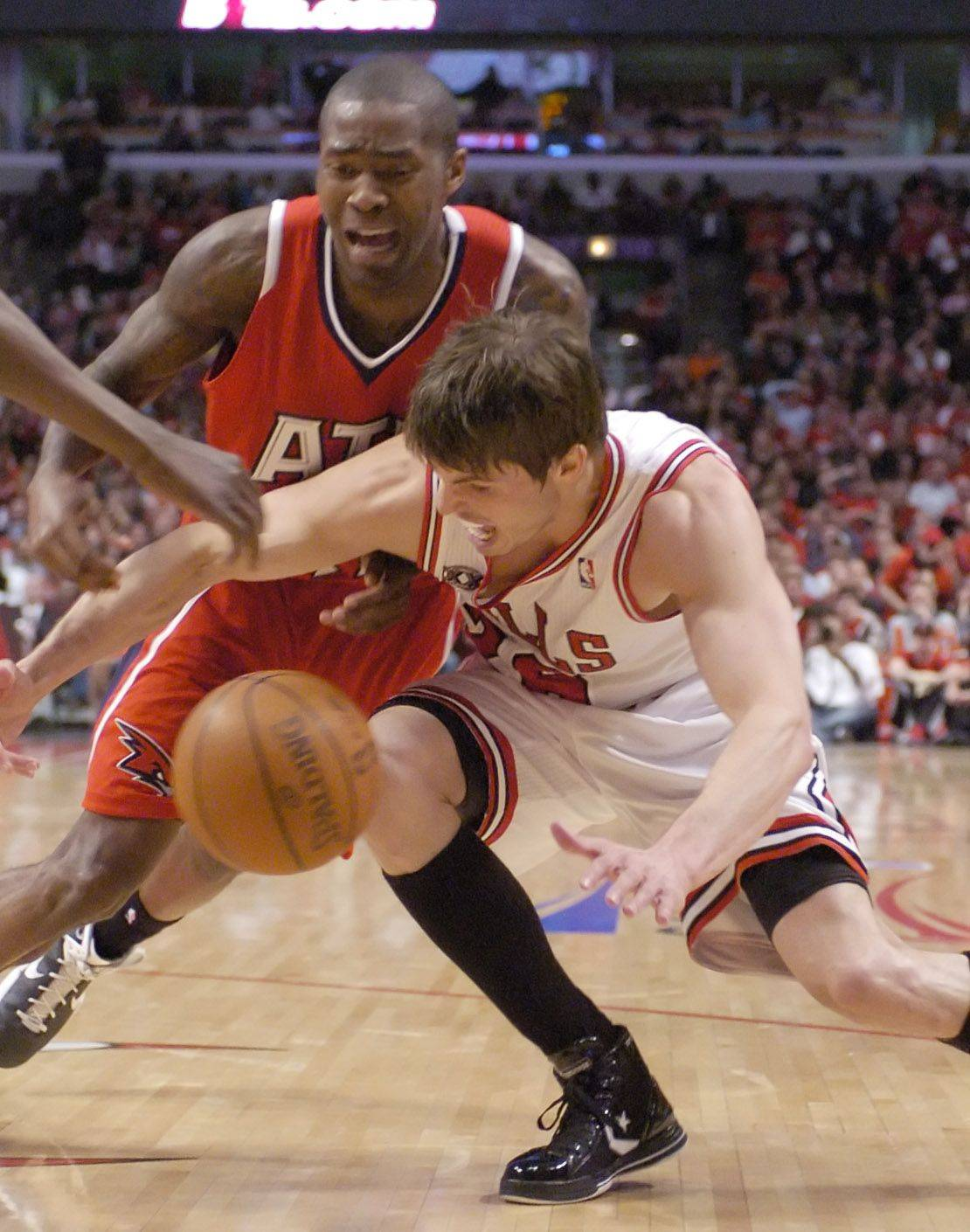 Kyle Korver of the Bulls nearly turns the ball over to Jamal Crawford of the Hawks Wednesday.