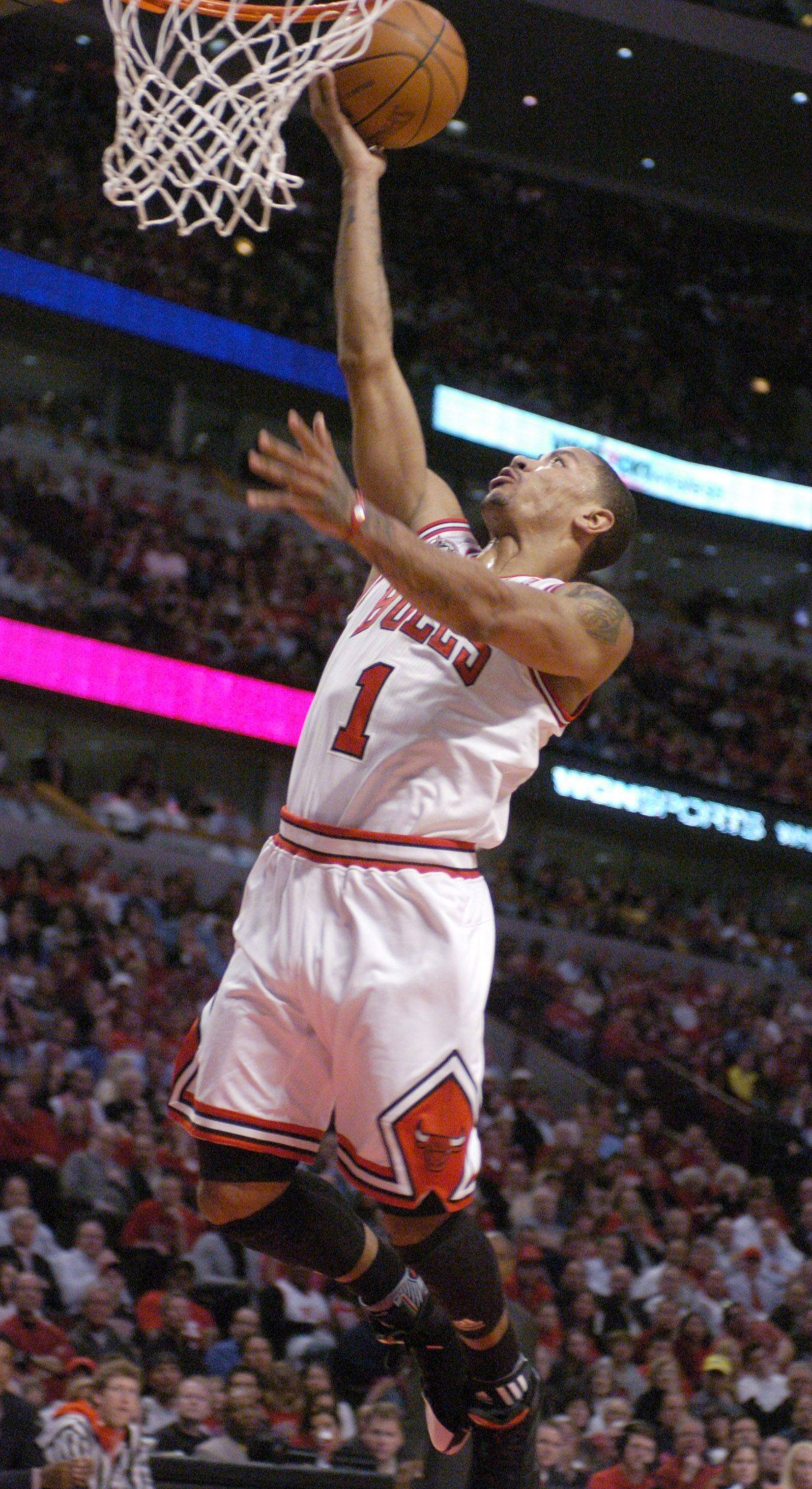 Derrick Rose penetrates the middle for an uncontested layup Wednesday against the Hawks.