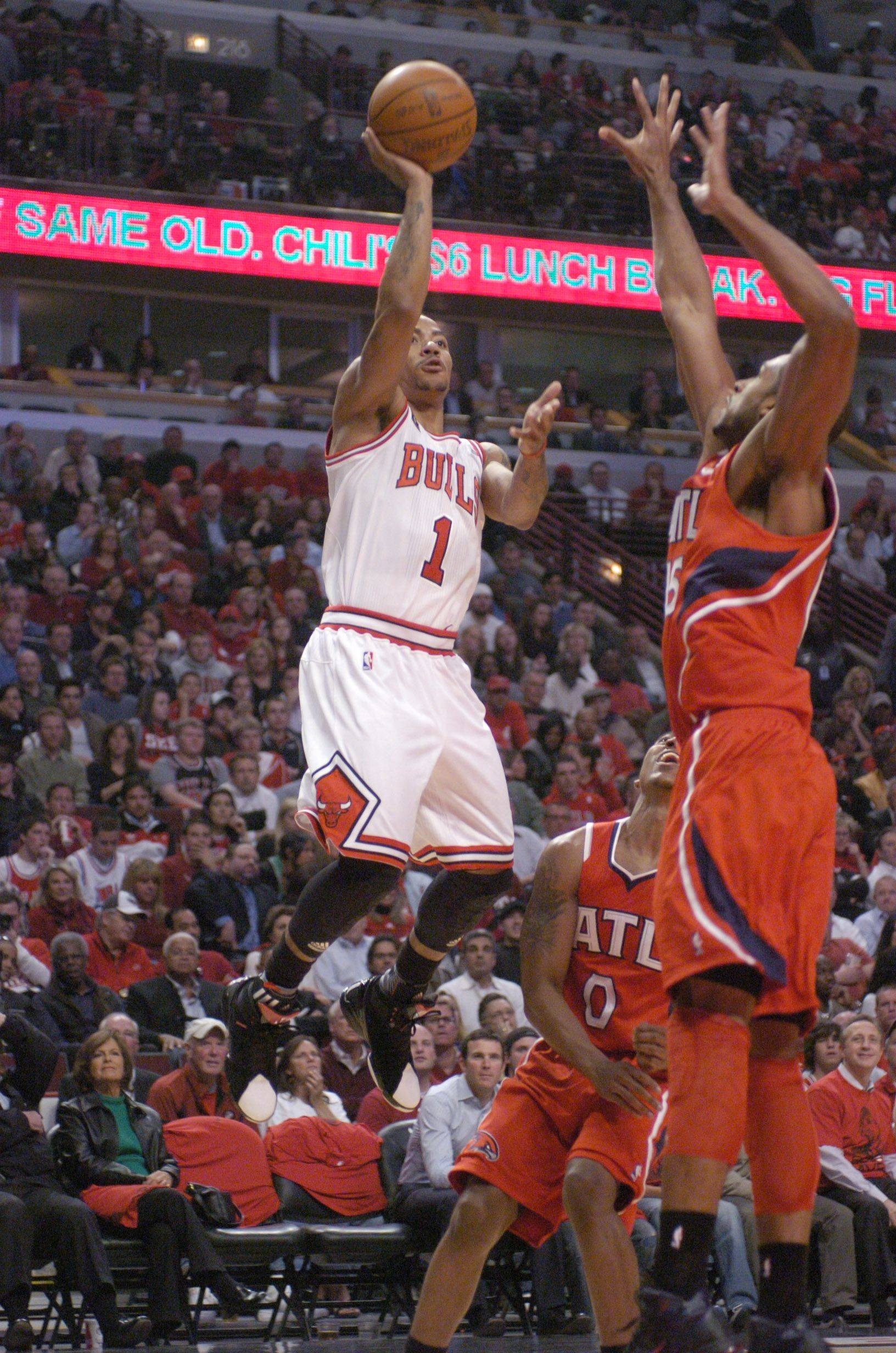 Derrick Rose shoots a one-handed jumper against Al Horford of the Hawks Wednesday.