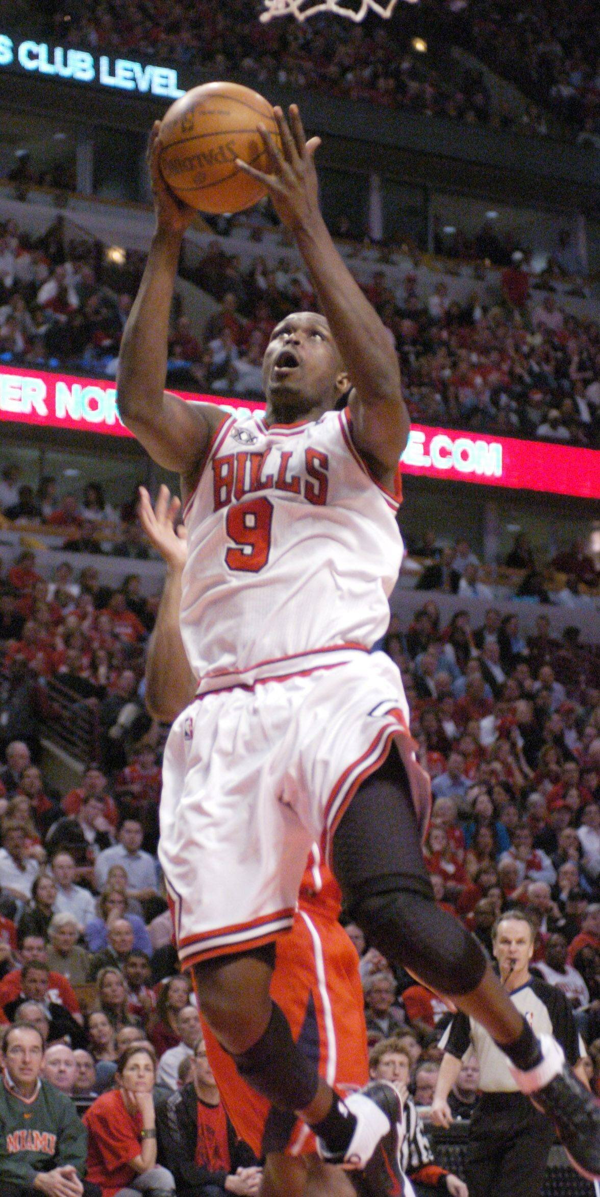 Luol Deng drives to the basket Wednesday against the Hawks.