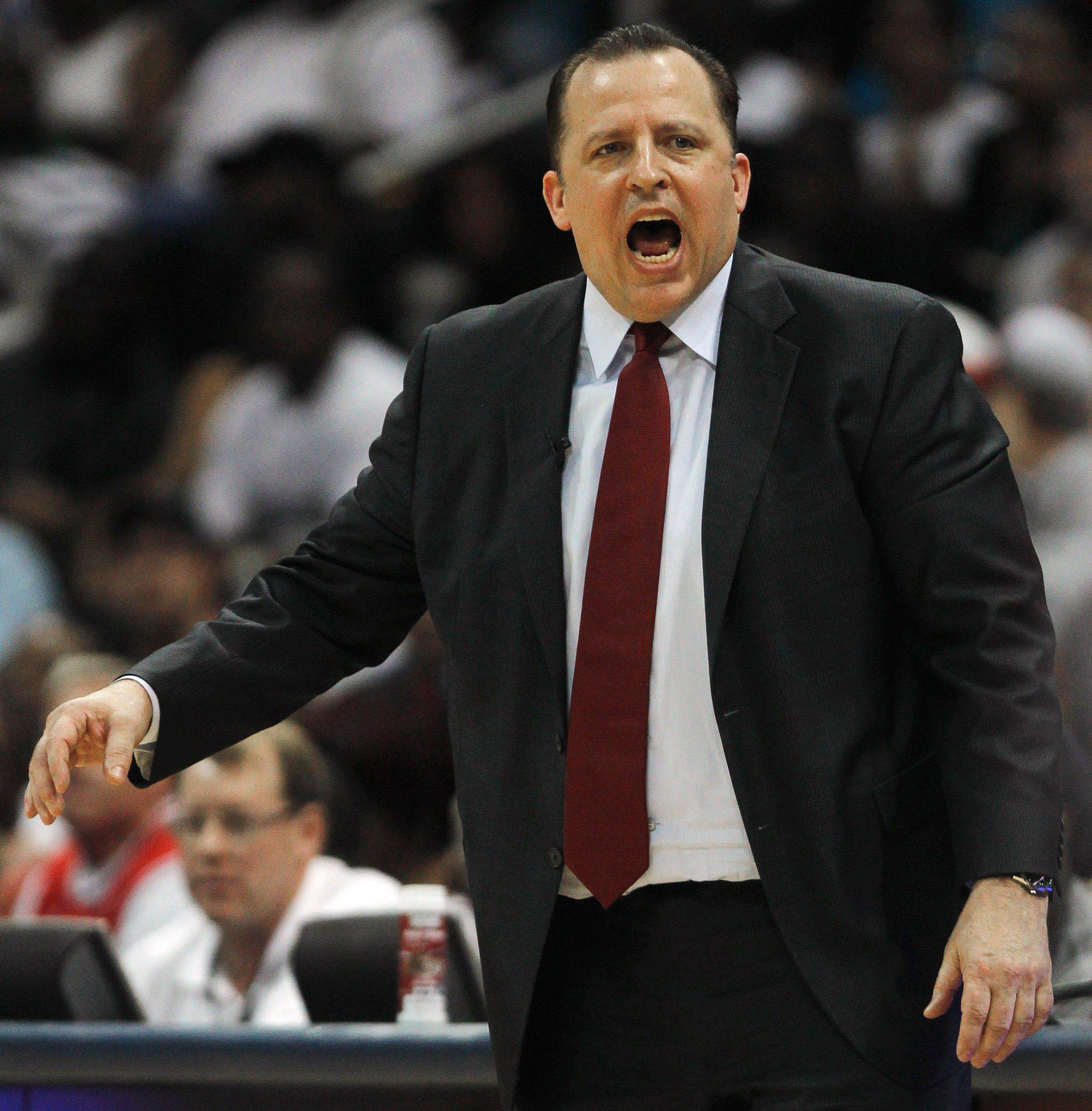 Chicago Bulls head coach Tom Thibodeau speaks to players in the second quarter.