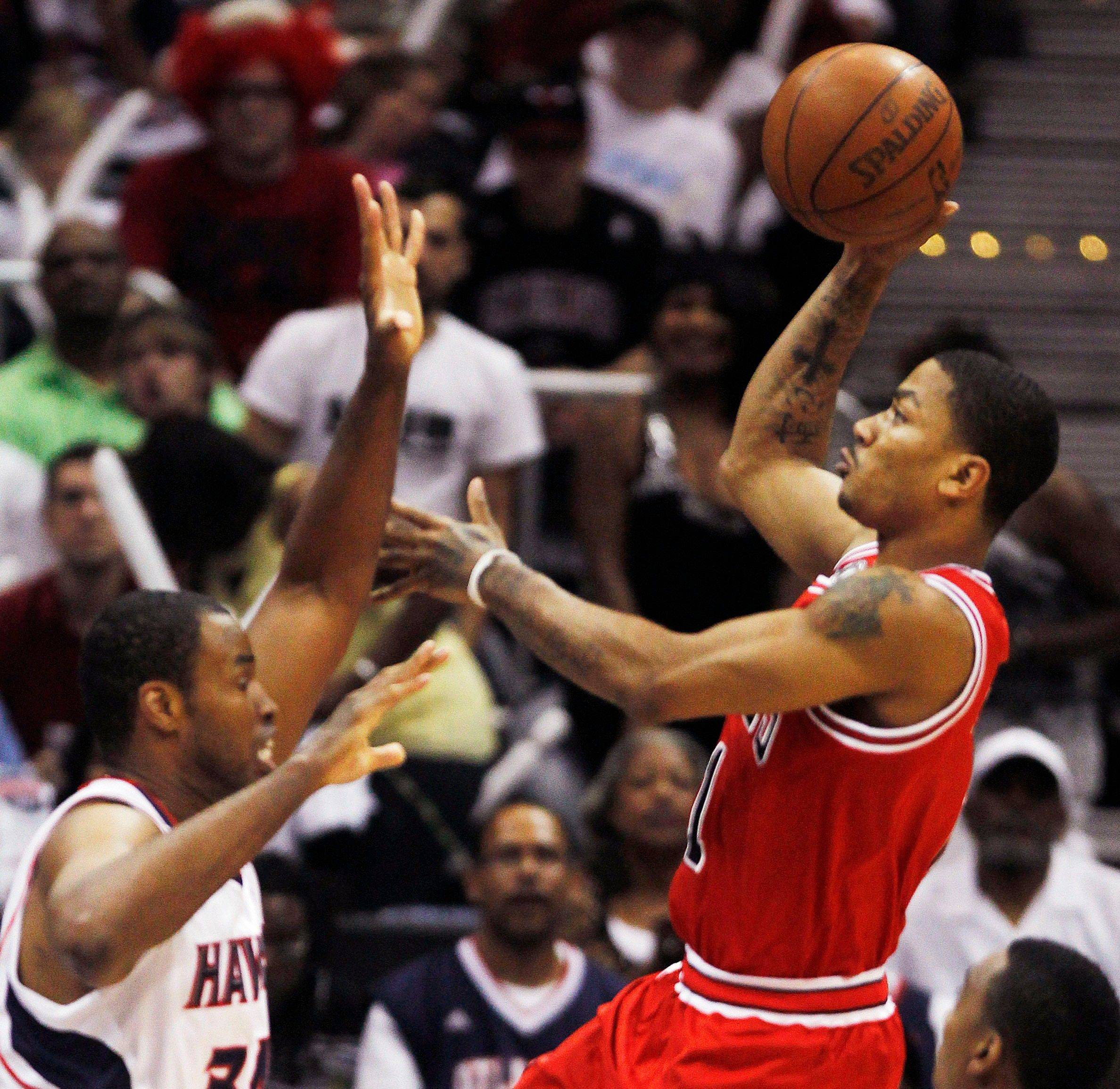Derrick Rose (1) shoots as Atlanta Hawks center Jason Collins (34) defends in the first quarter.