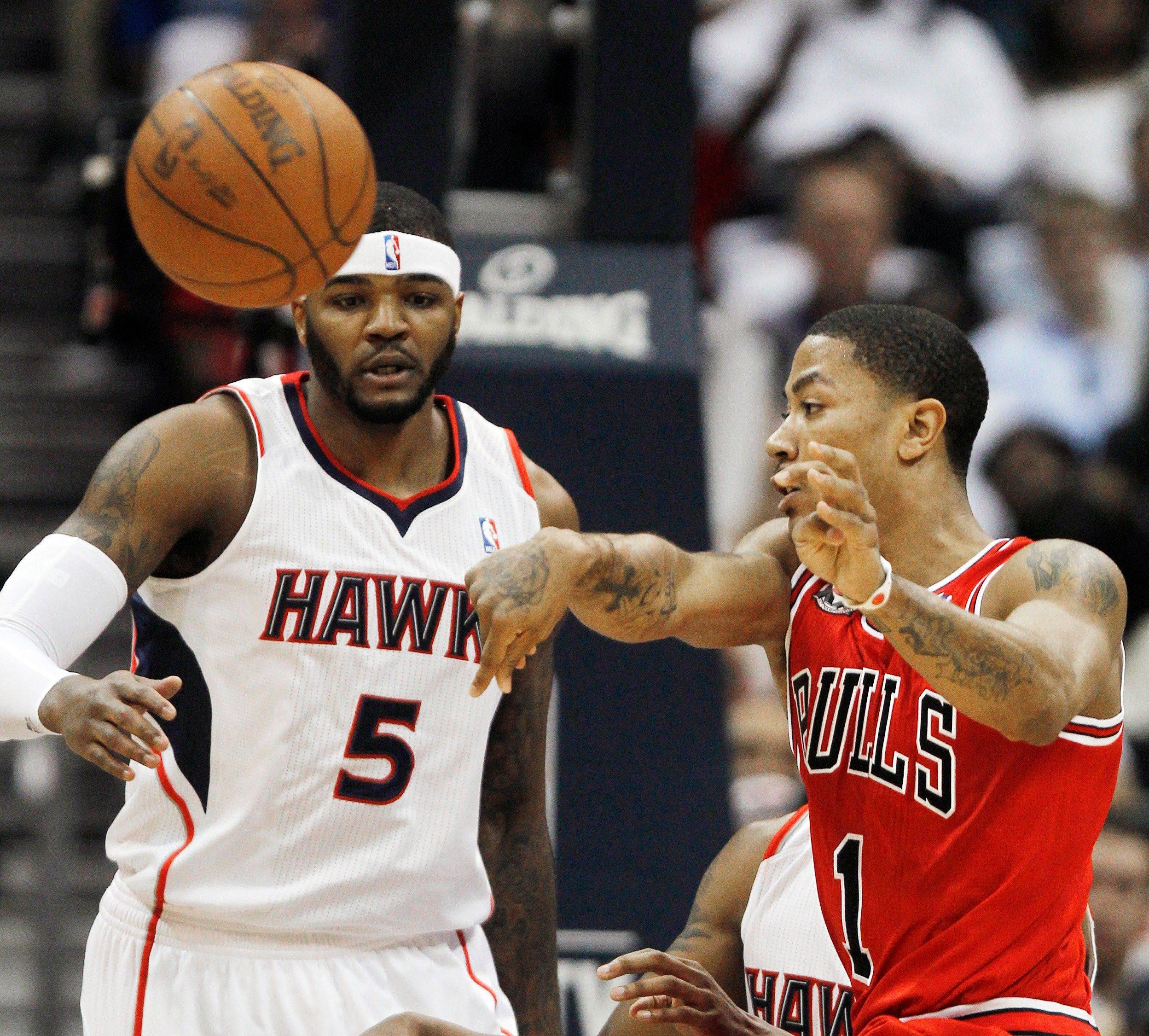 Derrick Rose (1) passes the ball as Atlanta Hawks power forward Josh Smith (5) looks on in the first quarter of Game 4.