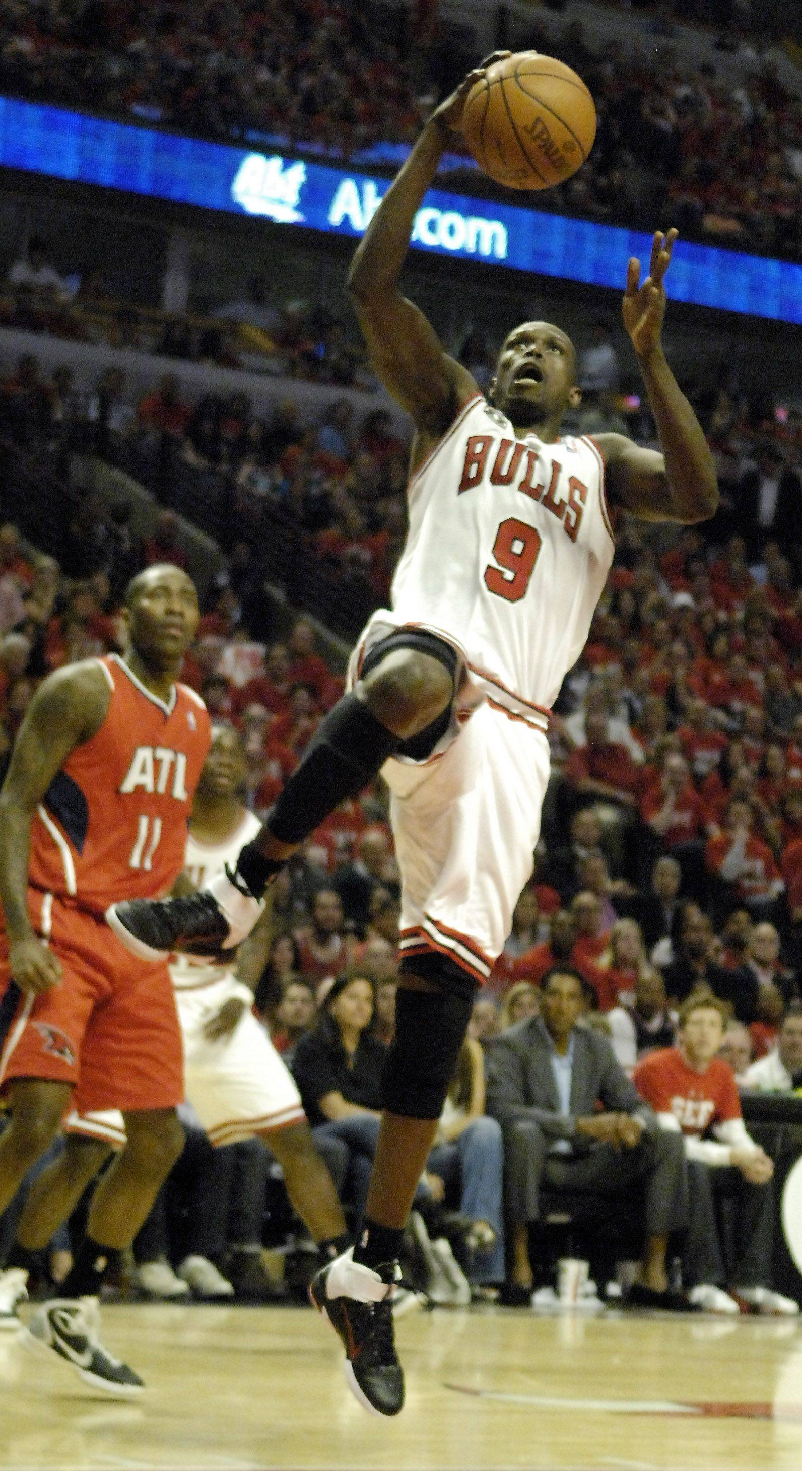 Chicago Bulls small forward Luol Deng drives to the hoop for a layup against the Atlanta Hawks in Chicago Tuesday.