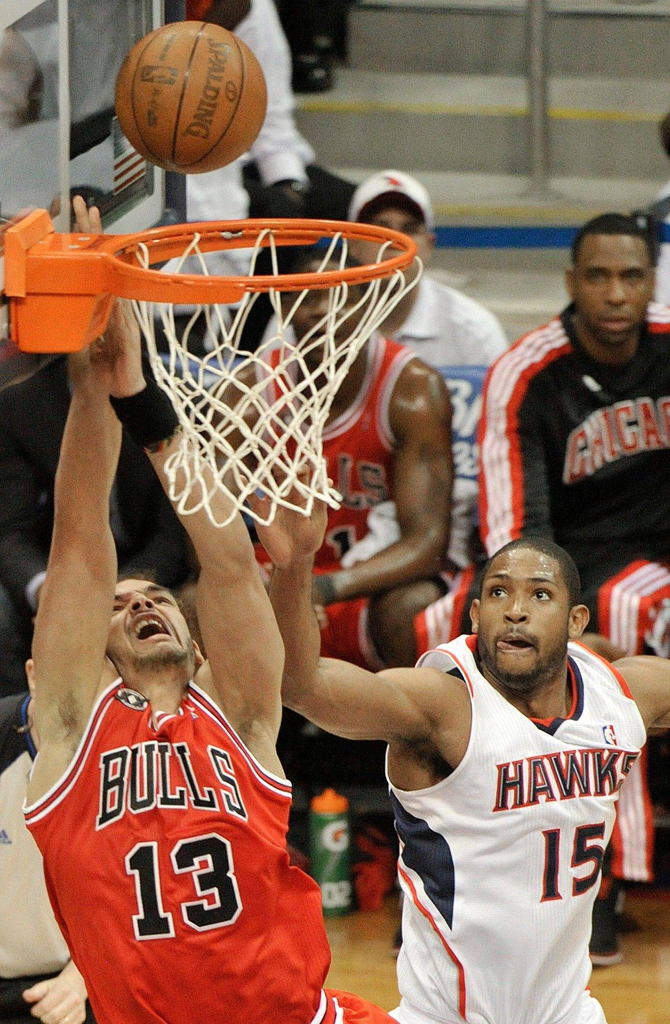 Joakim Noah shoots for a goal as Atlanta center Al Horford defends in the second quarter.