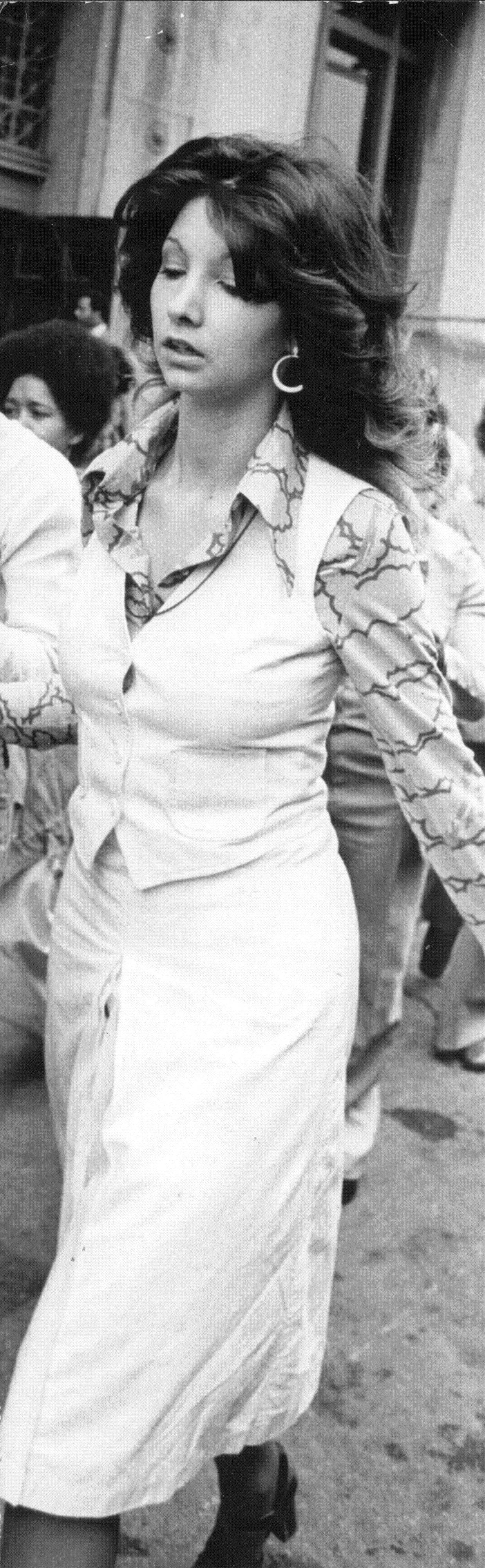 Patricia Columbo leaving the Chicago criminal courts building. Aug 8 1977.