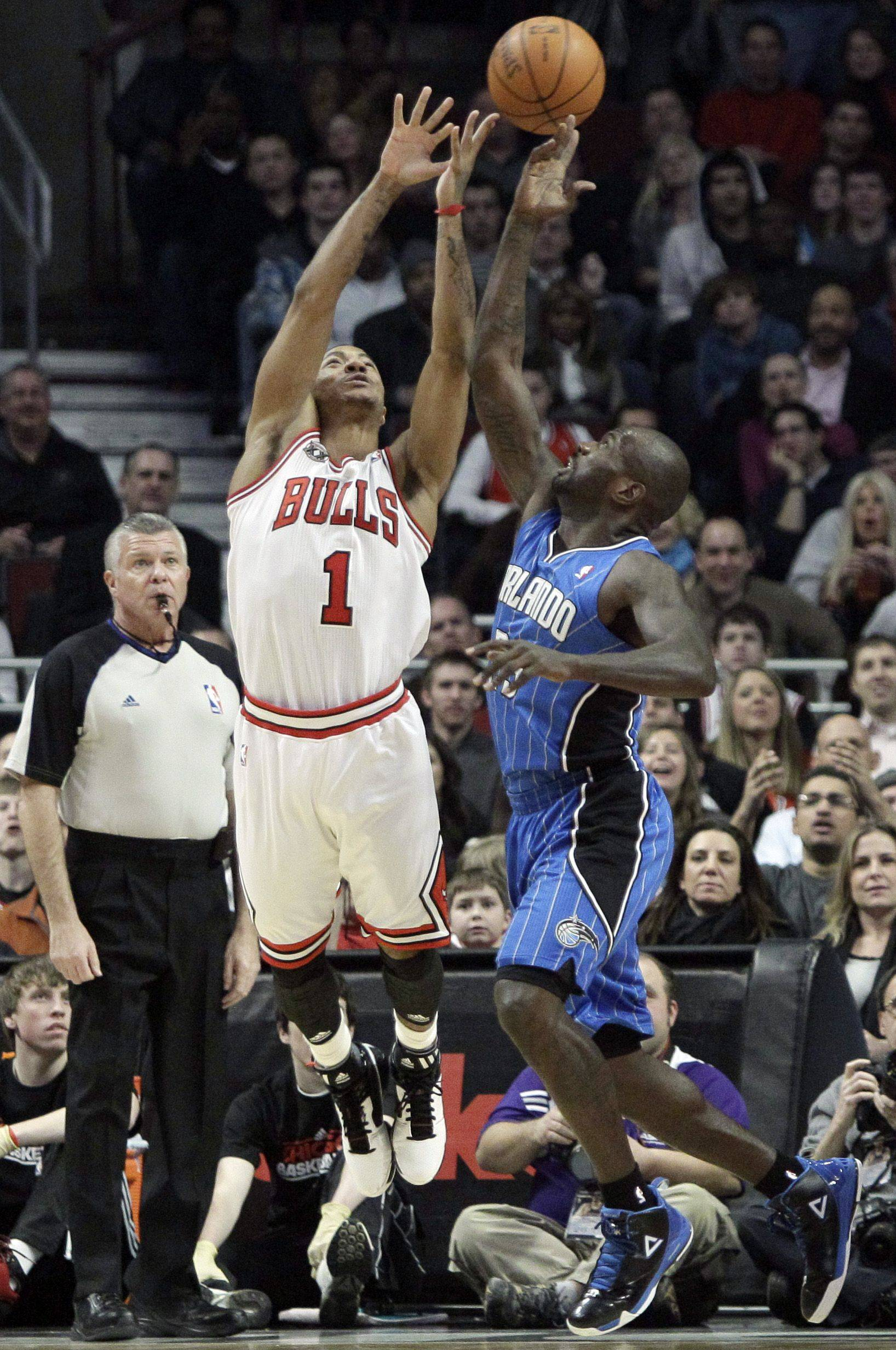 Chicago Bulls' Derrick Rose (1) and Orlando Magic's Jason Richardson battle for a loose ball during the first quarter of an NBA basketball game in Chicago, Friday, Jan. 28, 2011.