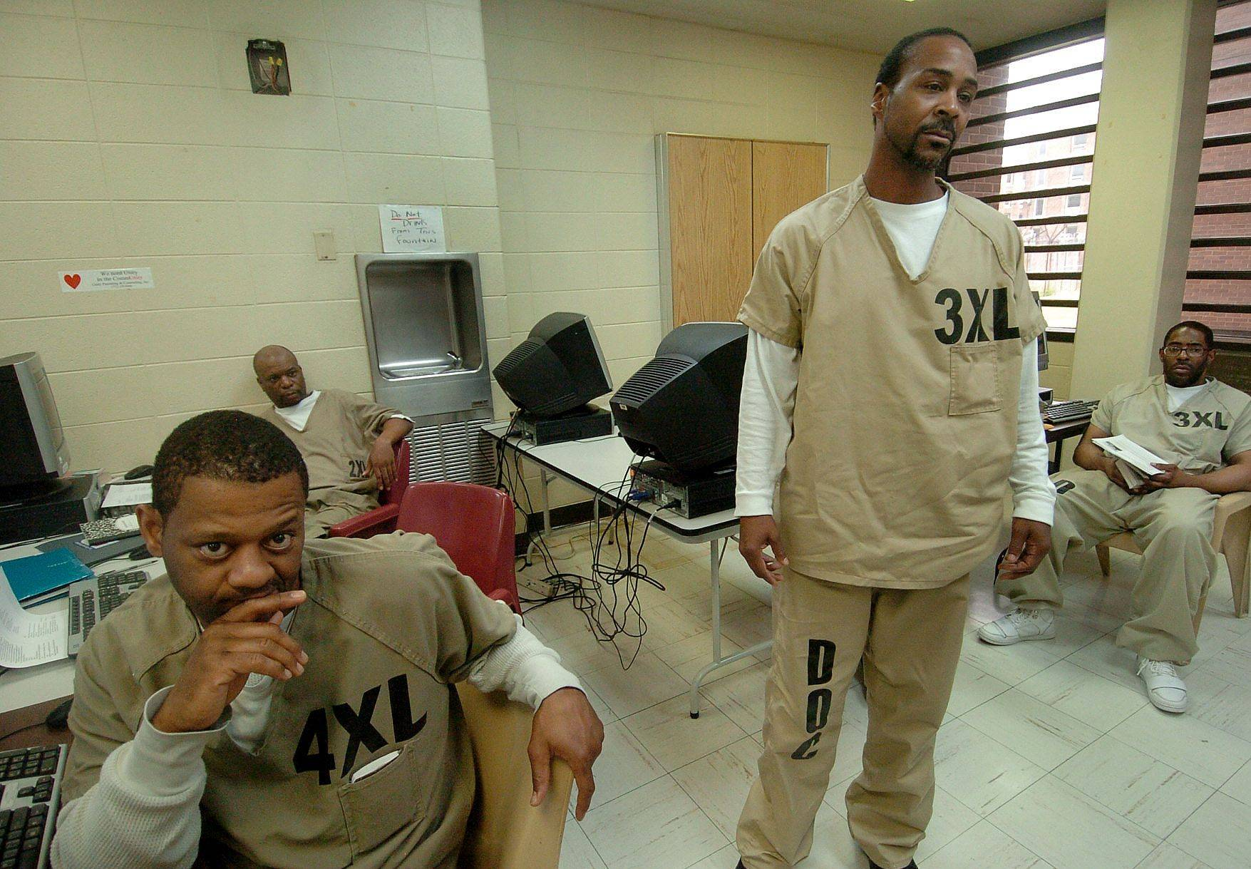 During English class, U.S. Navy Veteran Shaun O'Cain, right, talks about his experiences with the special unit at Cook County Jail to house veterans charged with felonies.