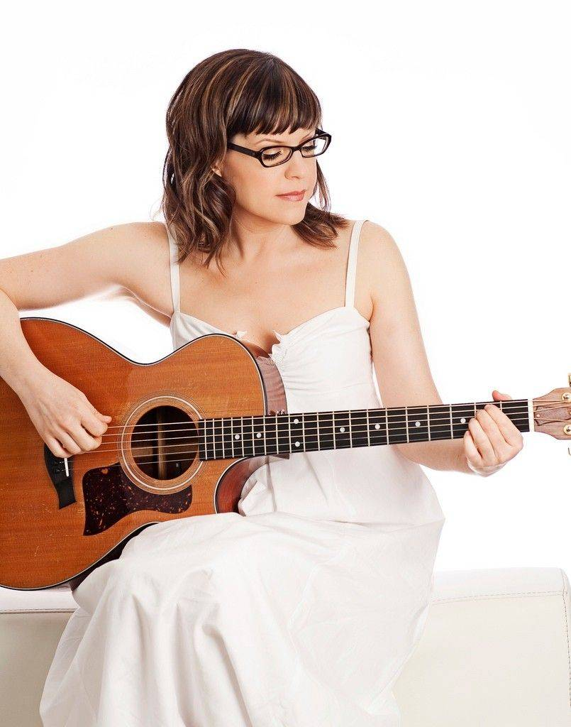 Singer-songwriter Lisa Loeb will perform in Lincolnshire this weekend.