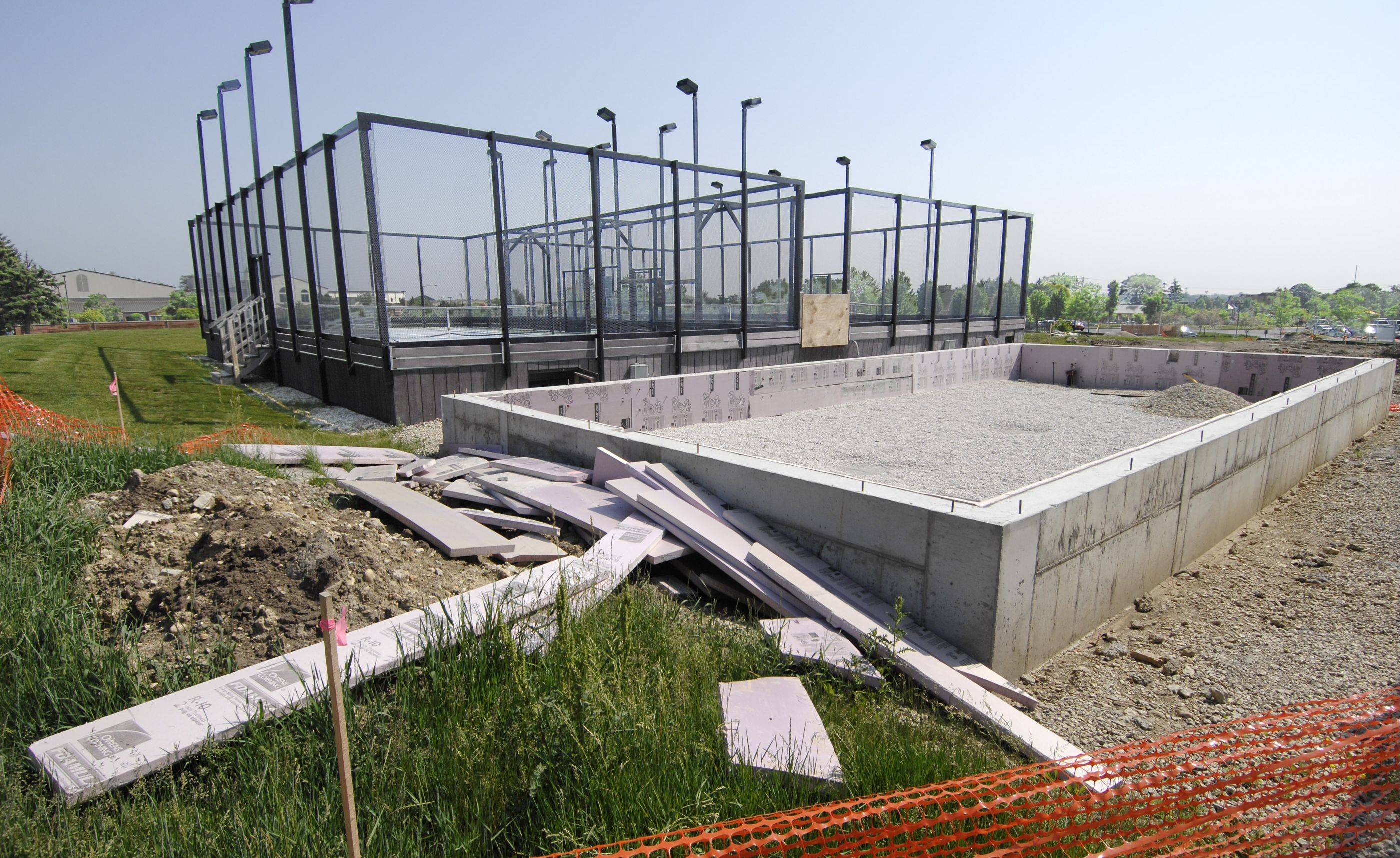 Construction of a platform tennis warming hut at Maryknoll Park is expected to restart after the Glen Ellyn Park District board voted Tuesday to lift suspension of the work.