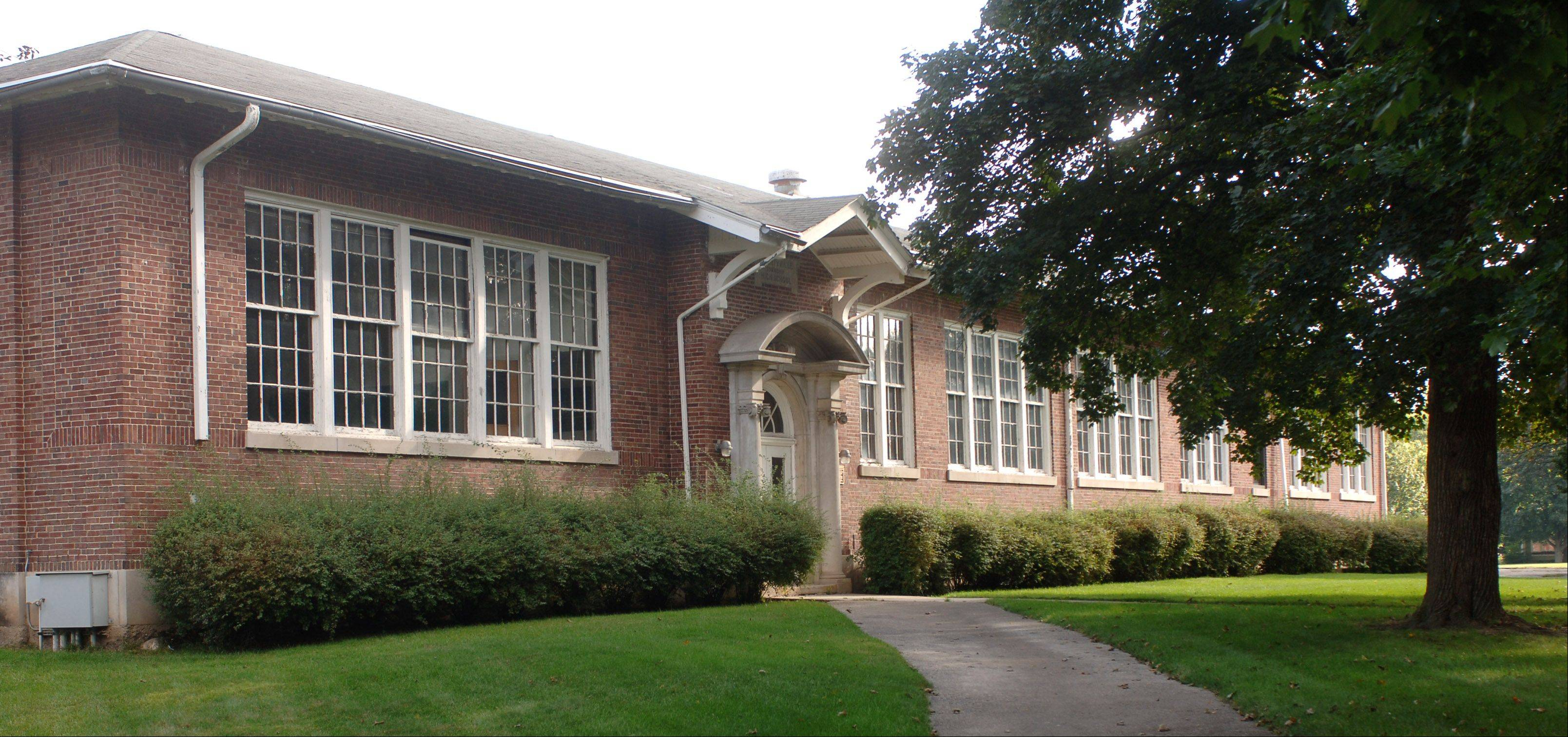 A volunteer group wants to turn the long-closed Brainerd school building in Libertyville into a community center.