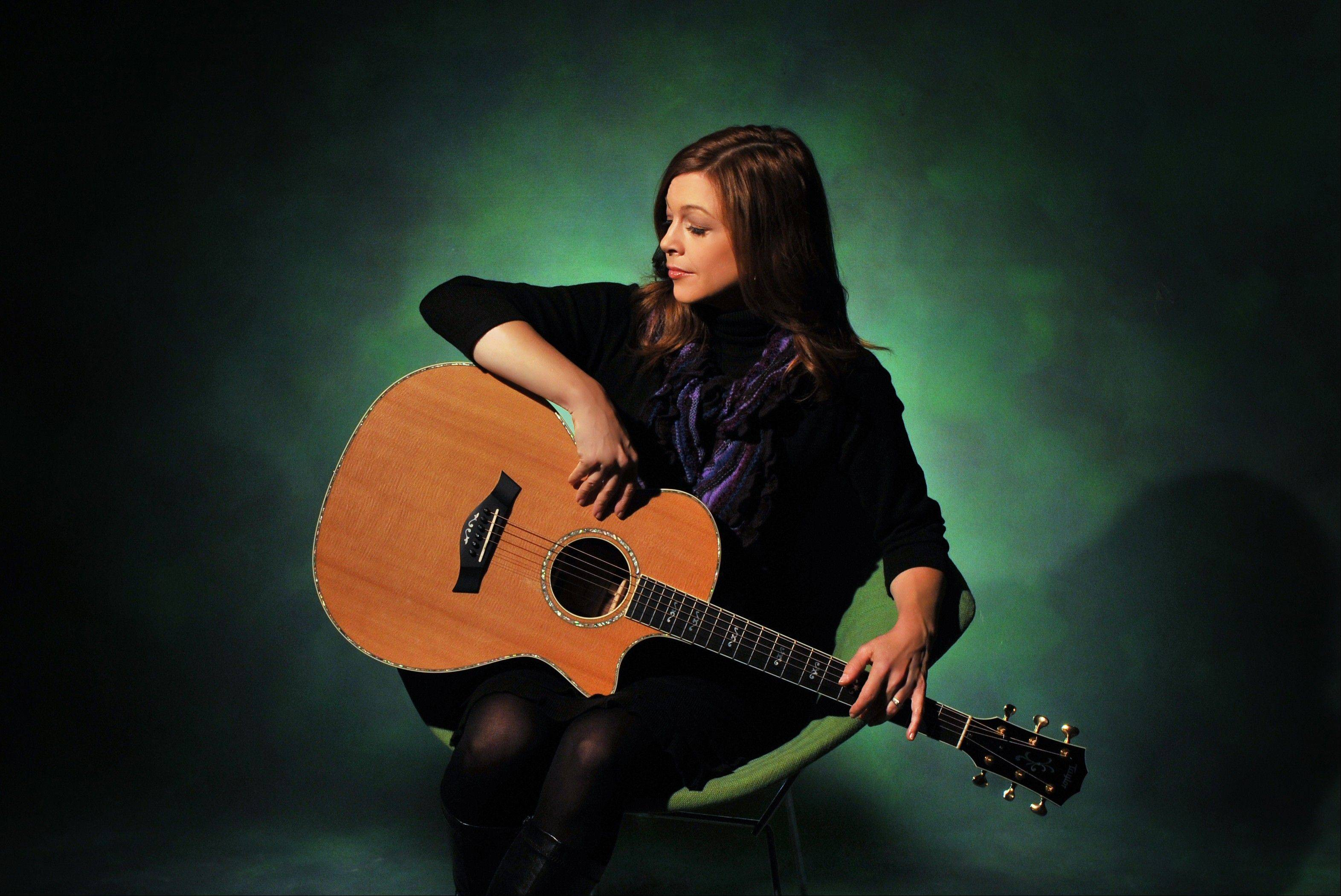 Singer/songwriter Carrie Newcomer presents a free concert Sunday in Long Grove's Fountain Square.