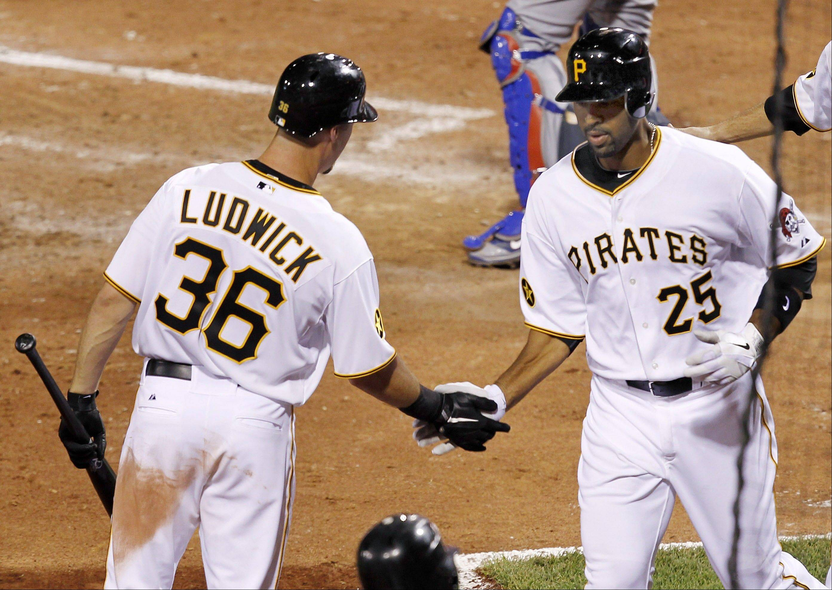 Lee's 2 homers not enough for Pirates