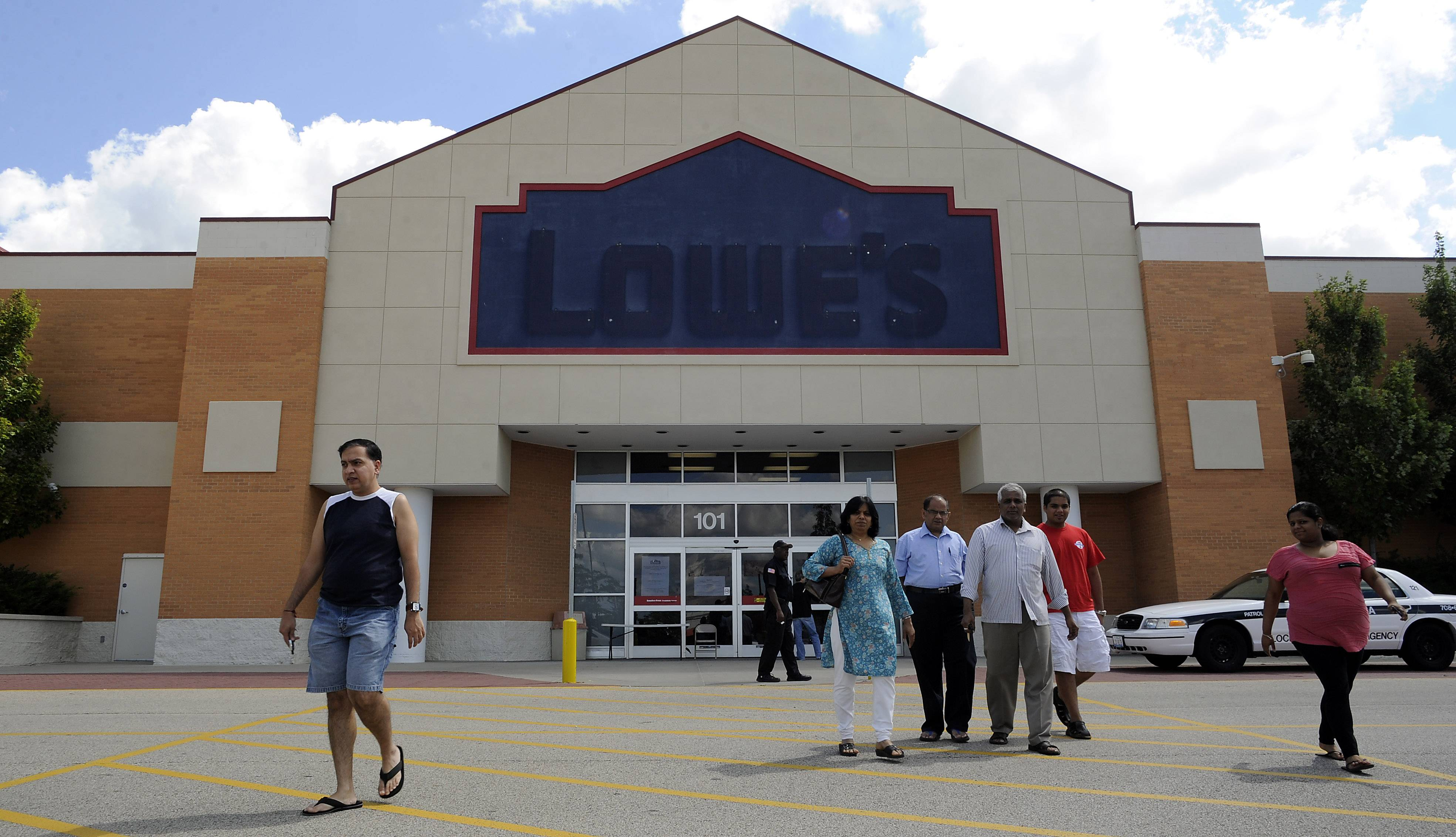 Would-be patrons are shocked and surprised as they walk away when they find that the Lowes store in Schaumburg closed its' doors over the weekend.
