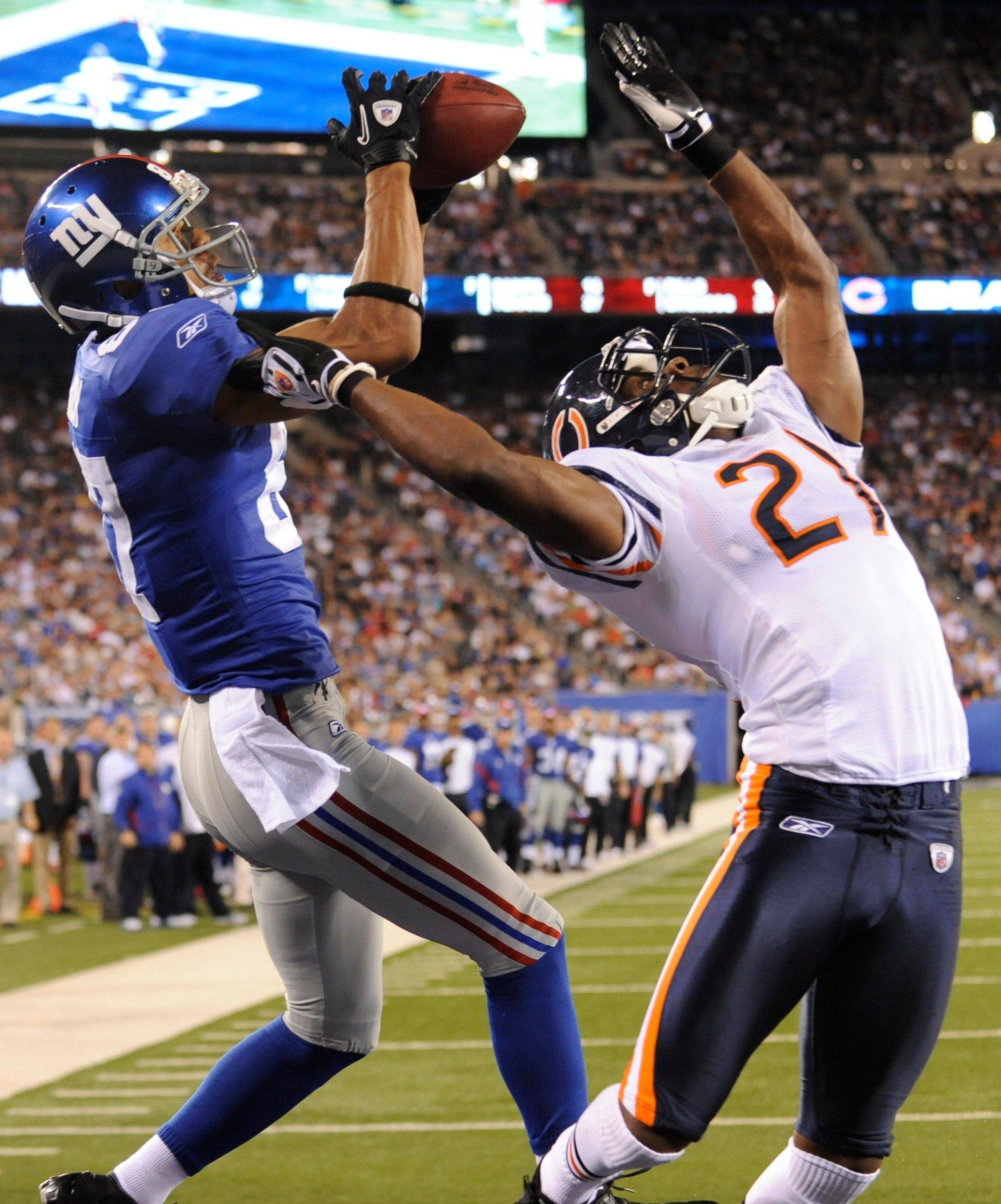 Giants wide receiver Domenik Hixon catches a touchdown pass over Bears cornerback Corey Graham during the second quarter of Monday night�s preseason game.