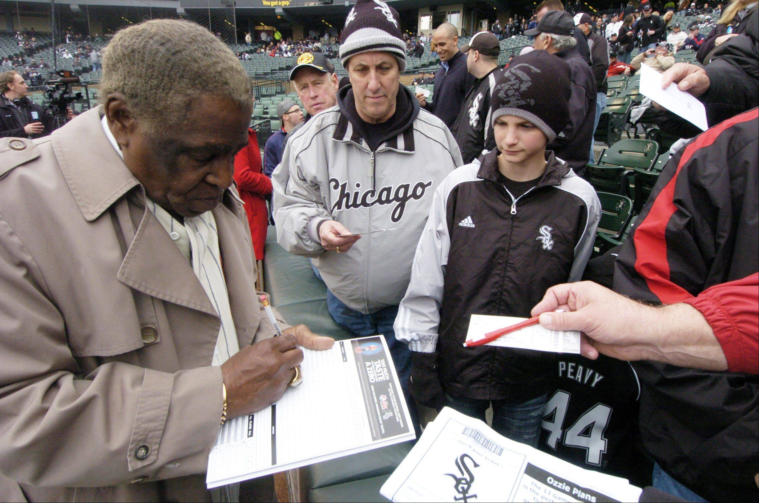White Sox legend Minnie Minoso, left, is expected to attend an event in Chicago on Tuesday to unveil the new White Sox permanent Illinois license plate.