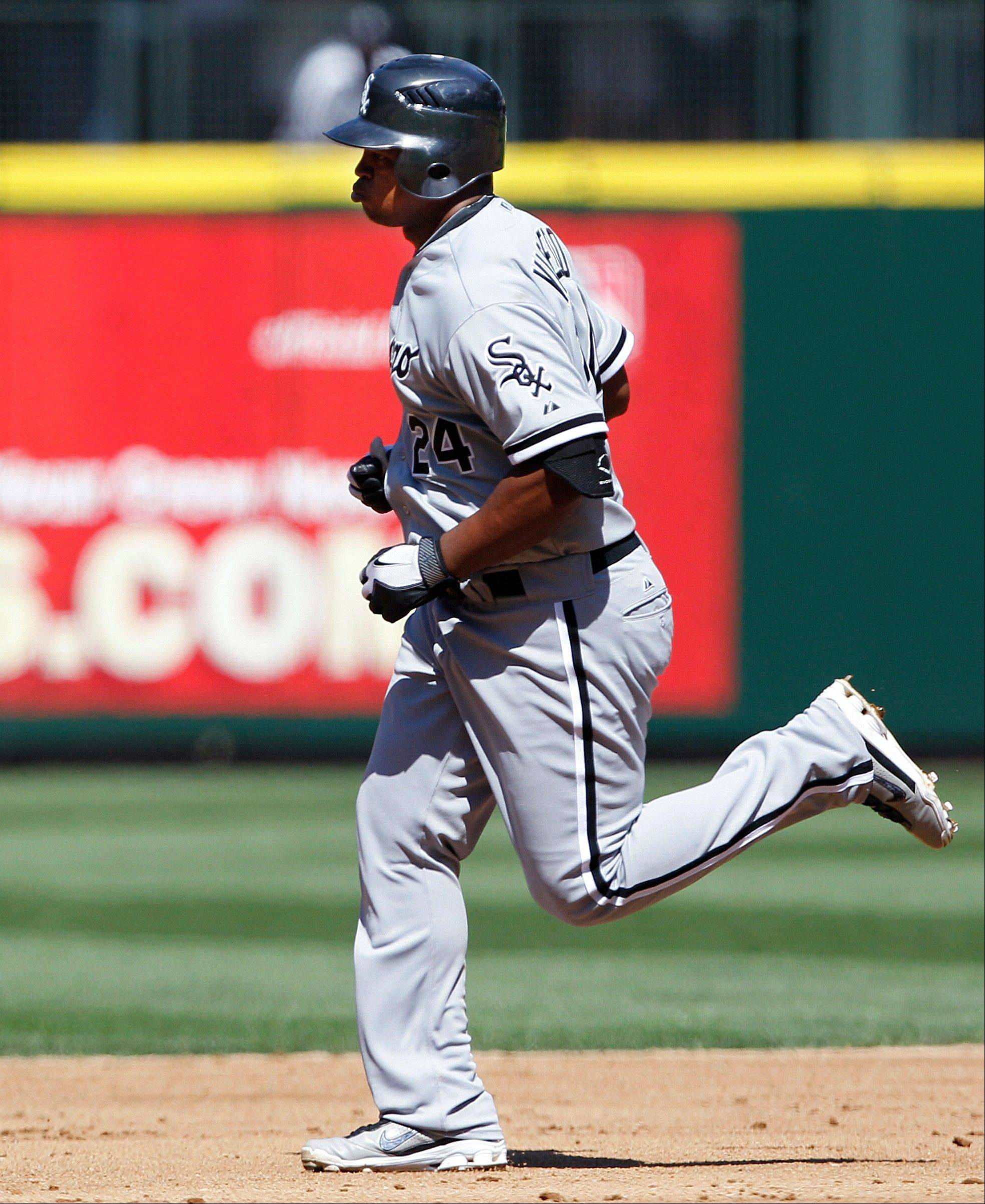 Associated Press Chicago White Sox Dayan Viciedo rounds the bases on his three-run home run against Seattle Mariners in the fourth inning Sunday in Seattle.