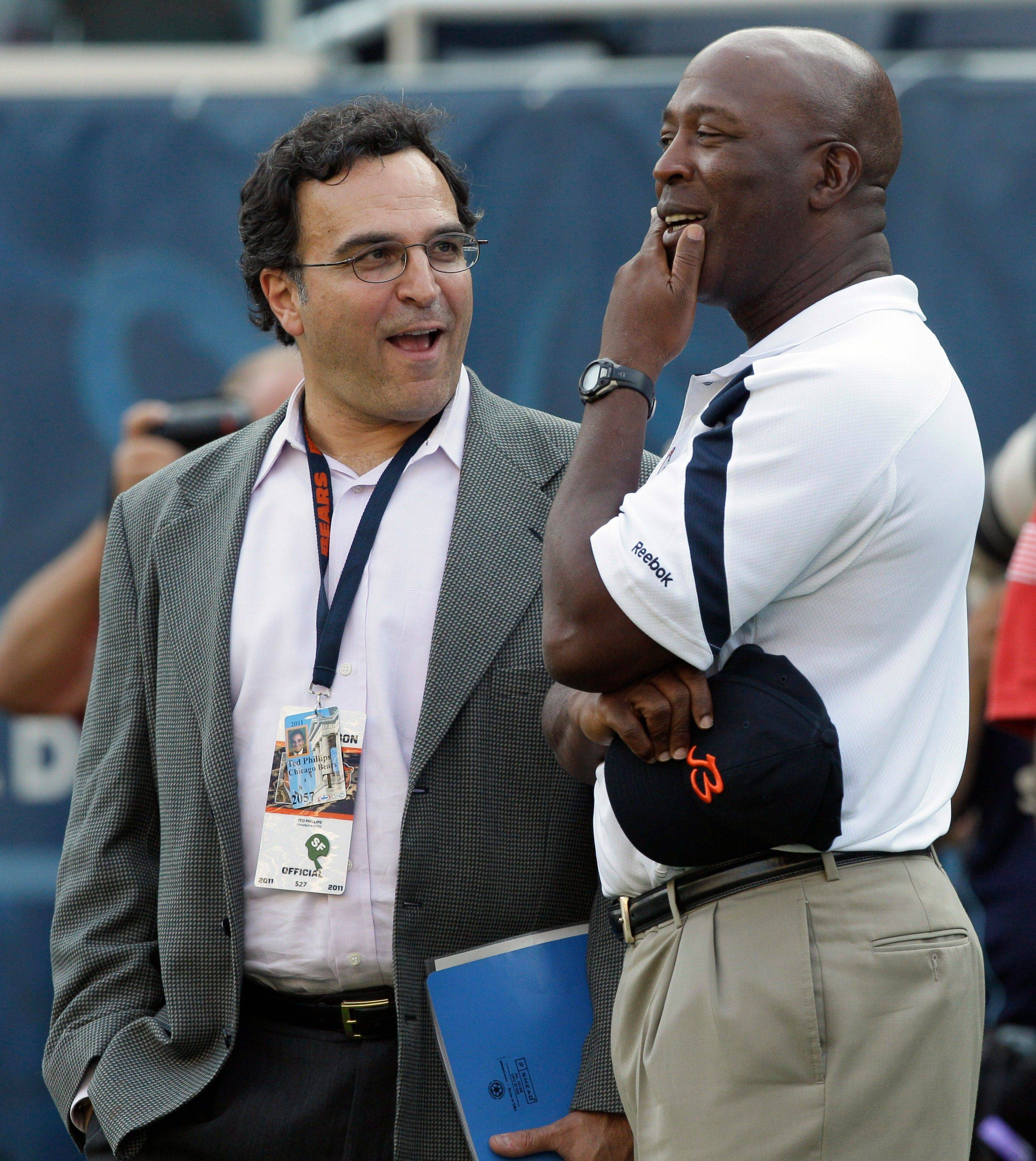 Chicago Bears president and CEO Ted Phillips, left, talks with head coach Lovie Smith.